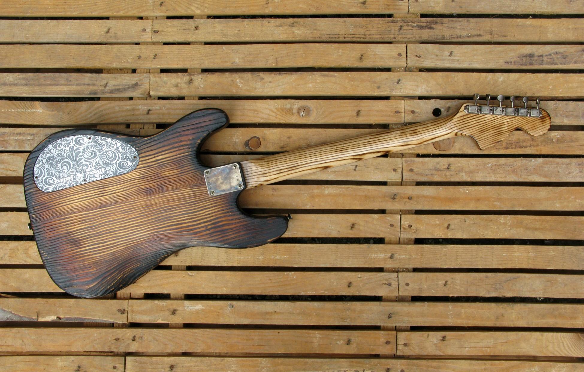 Chitarra modello Stratocaster, body in pino, manico in frassino, reverse: totale retro