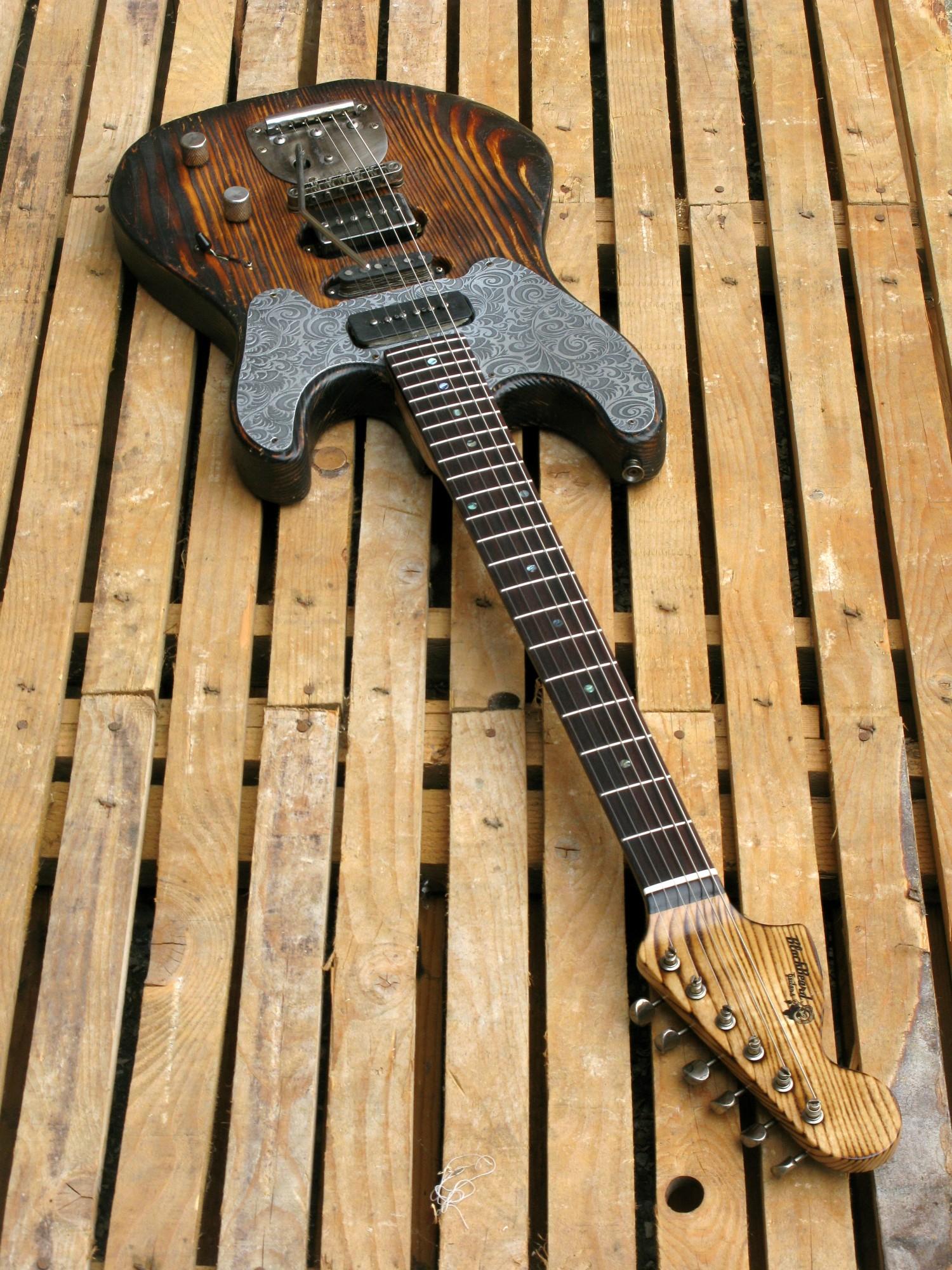 Chitarra modello Stratocaster, body in pino, manico in frassino, reverse: totale
