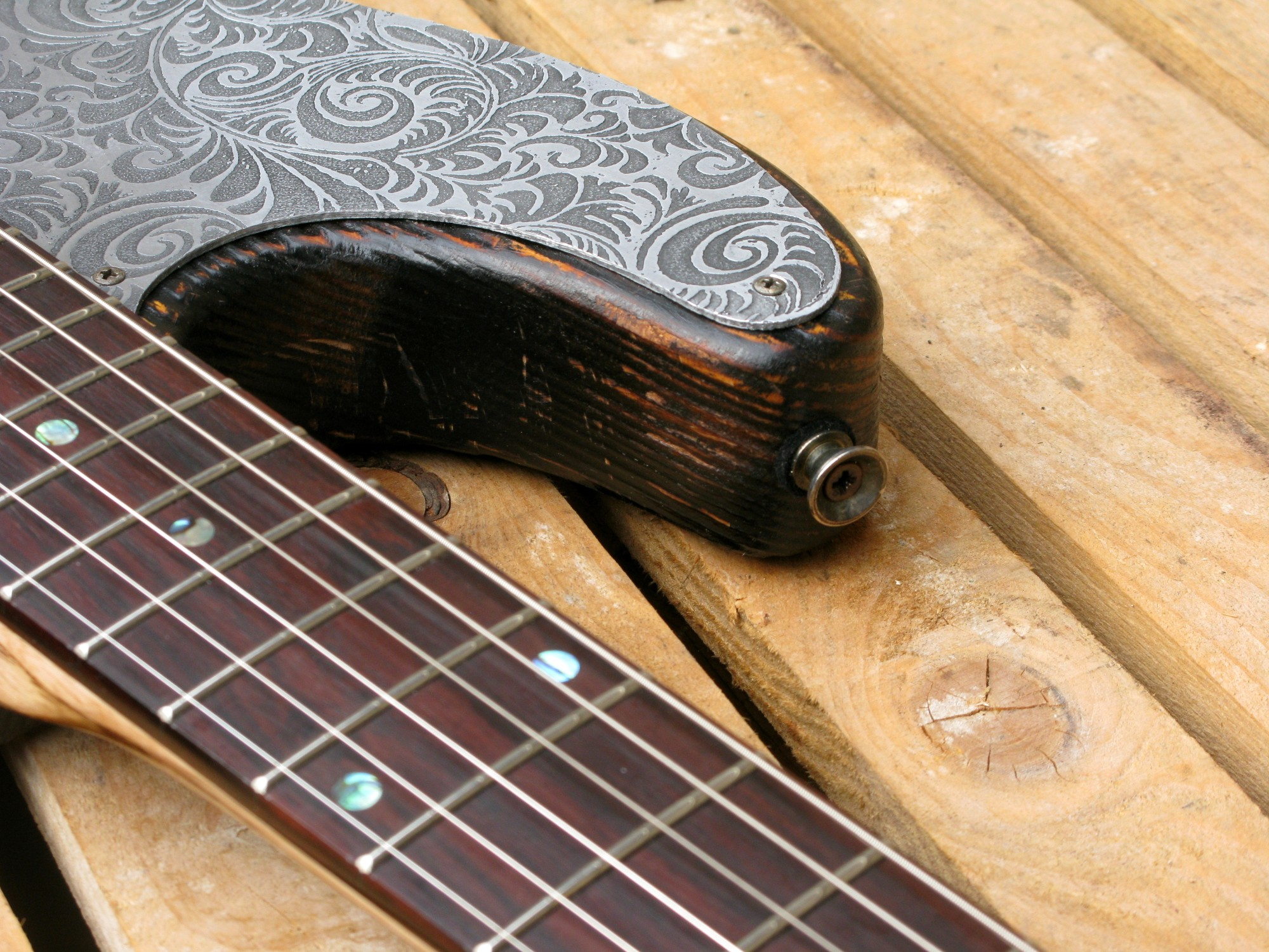Chitarra modello Stratocaster, body in pino, manico in frassino, reverse: spalla superiore