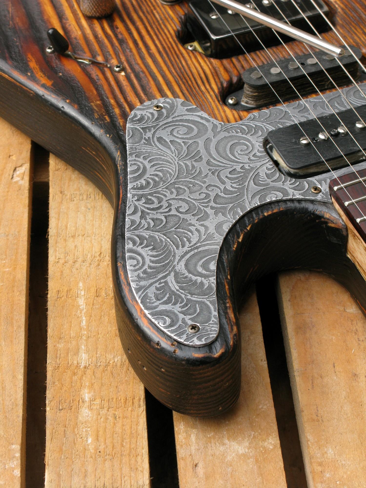 Chitarra modello Stratocaster, body in pino, manico in frassino, reverse: spalla mancante