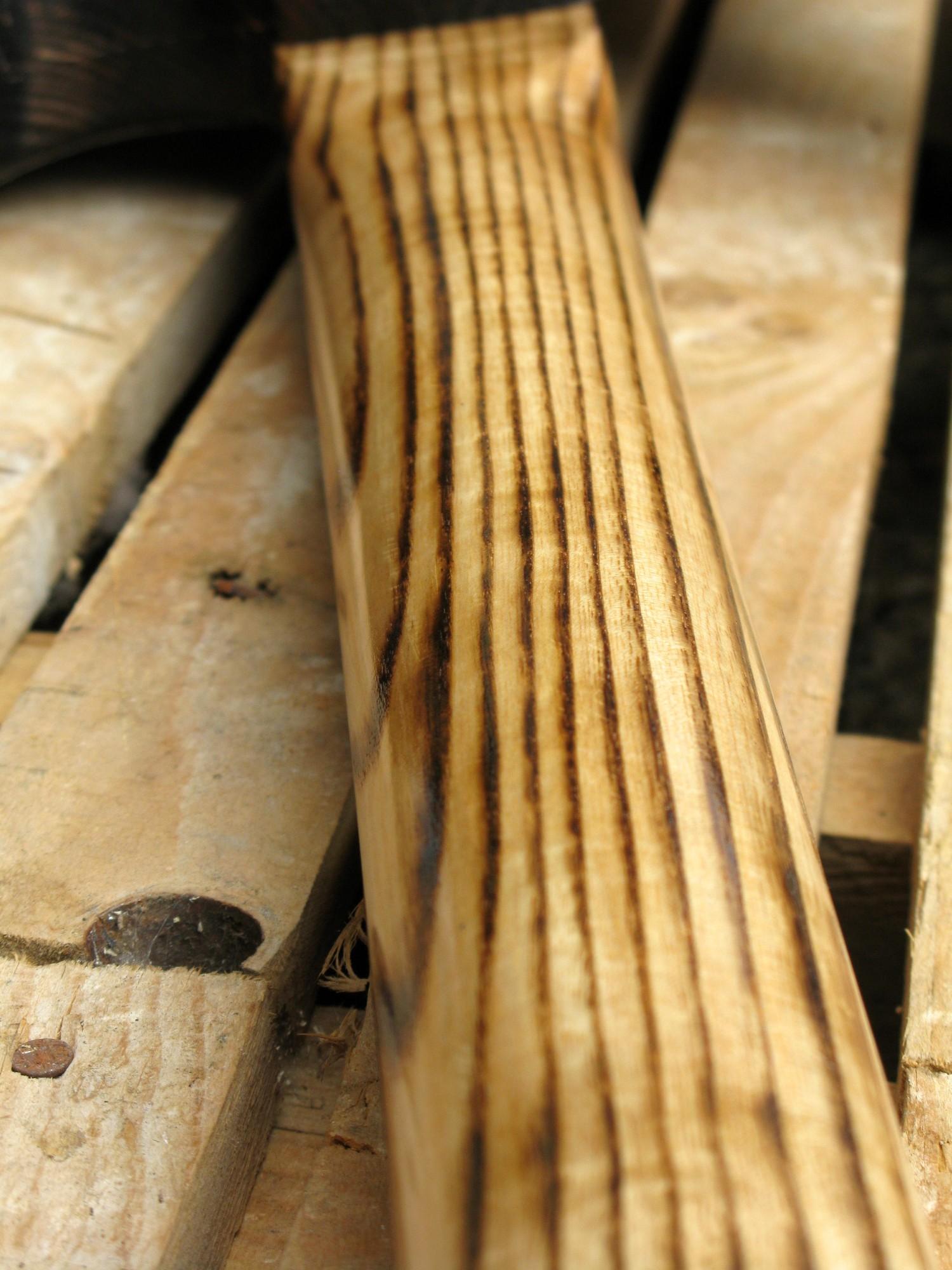 Chitarra modello Stratocaster, body in pino, manico in frassino, reverse: retro manico