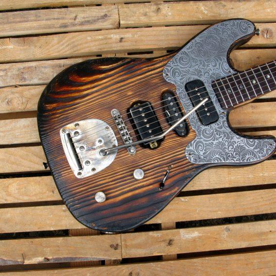 Chitarra modello Stratocaster, body in pino, manico in frassino, reverse: body