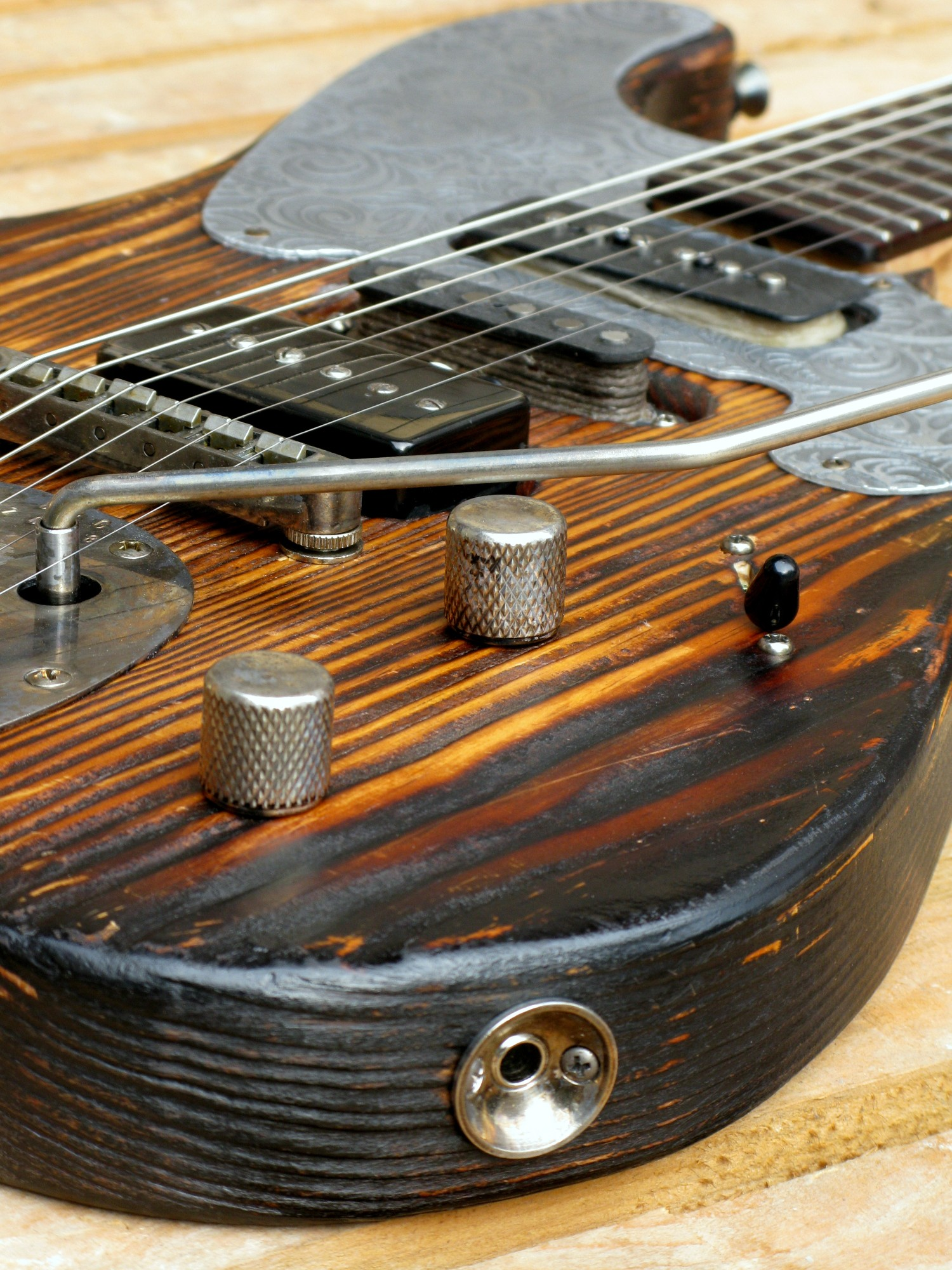 Chitarra modello Stratocaster, body in pino, manico in frassino, reverse: tremolo e pickups