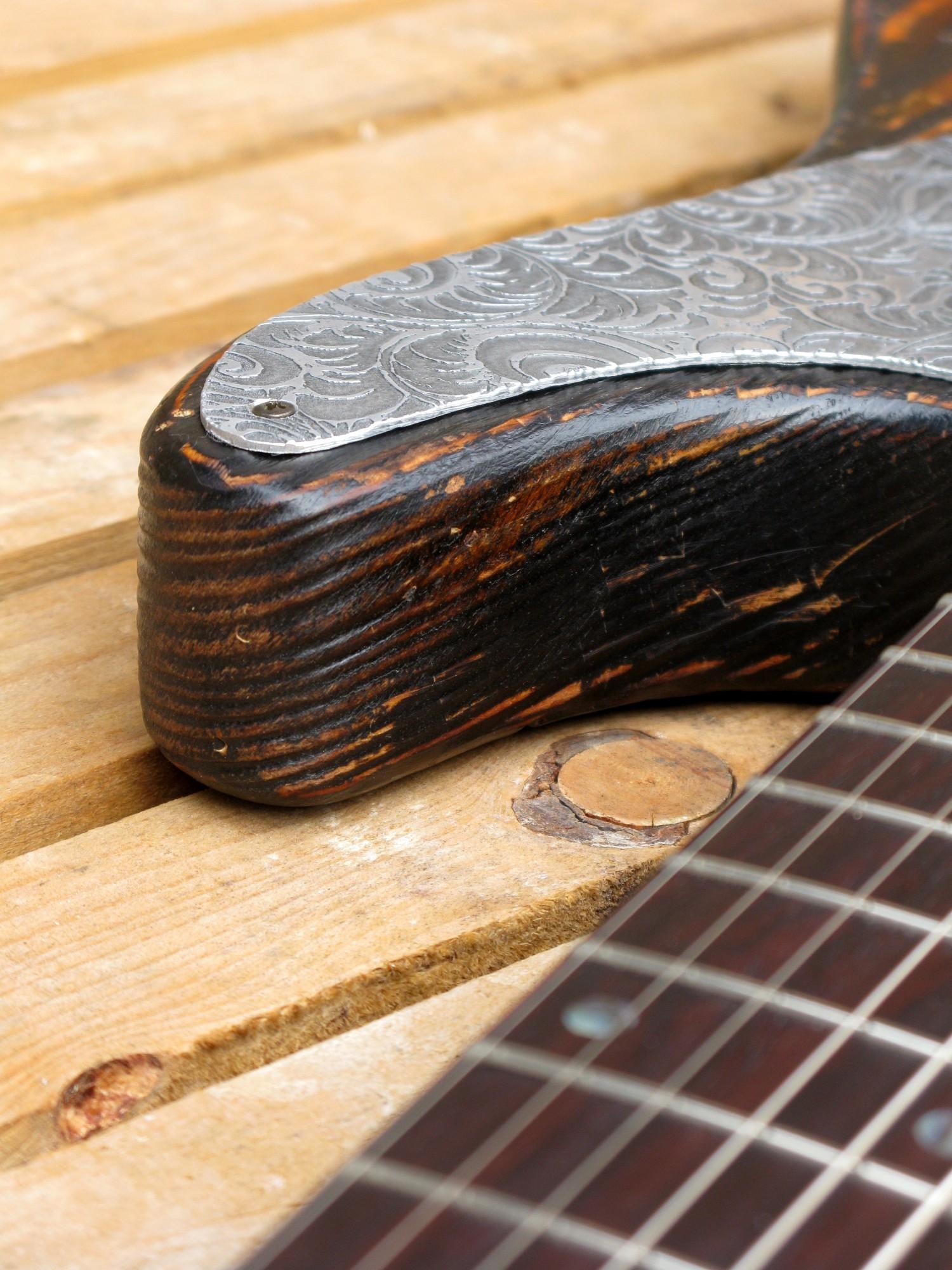 Chitarra modello Stratocaster, body in pino, manico in frassino, reverse: battipenna dettaglio