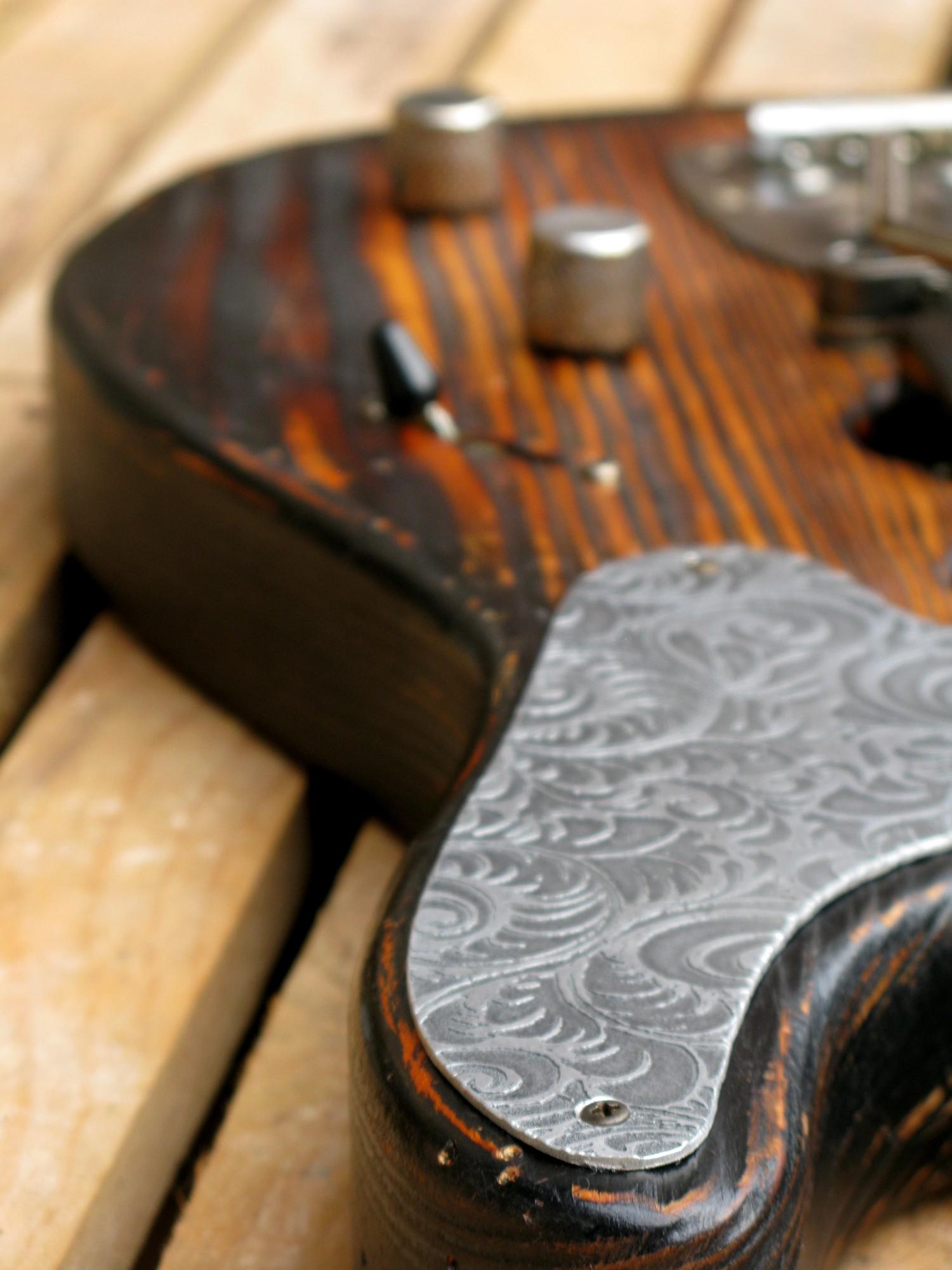 Chitarra modello Stratocaster, body in pino, manico in frassino, reverse: battipenna inciso