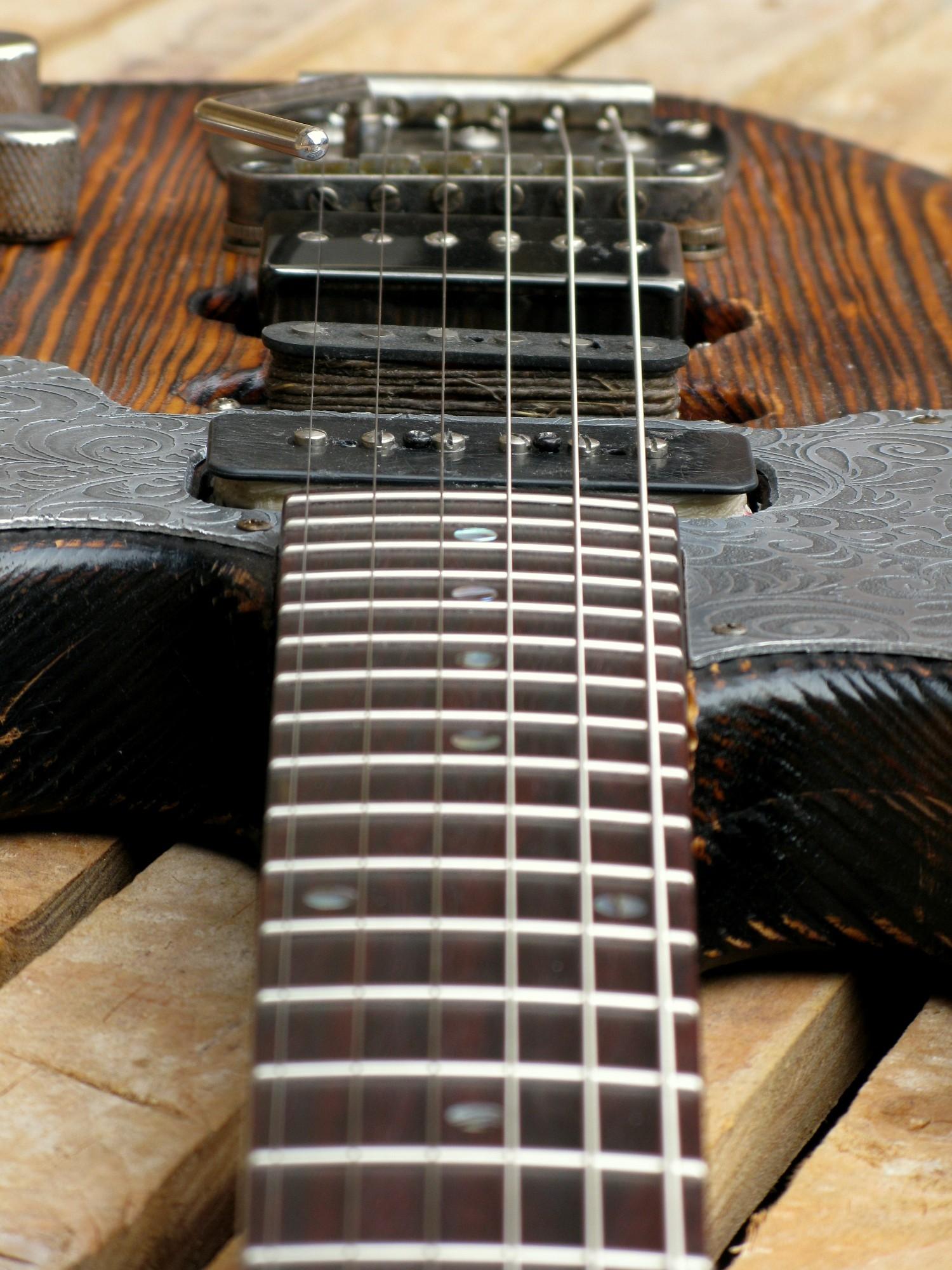 Chitarra modello Stratocaster, body in pino, manico in frassino, reverse: pickups