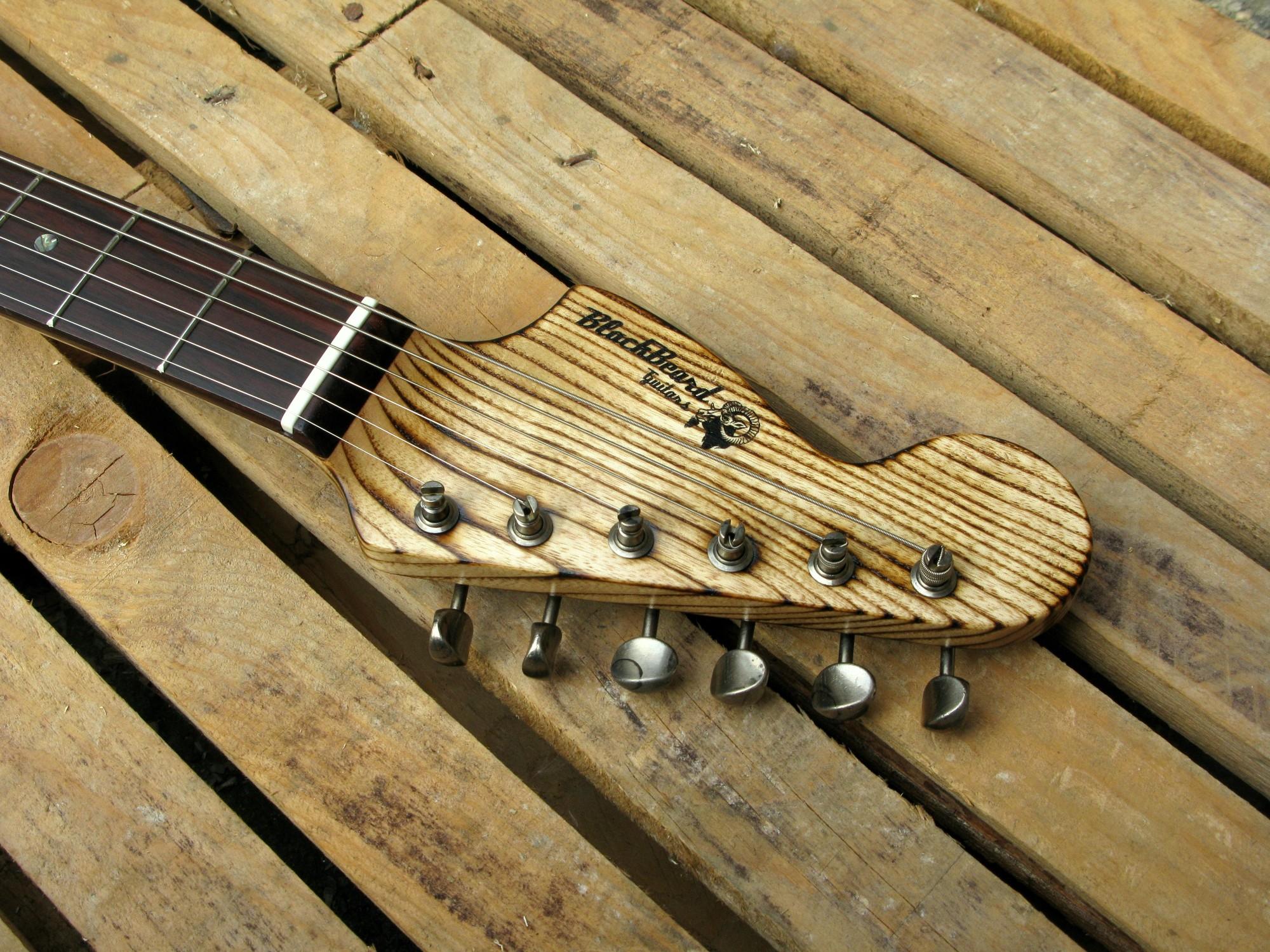 Chitarra modello Stratocaster, body in pino, manico in frassino, reverse: paletta