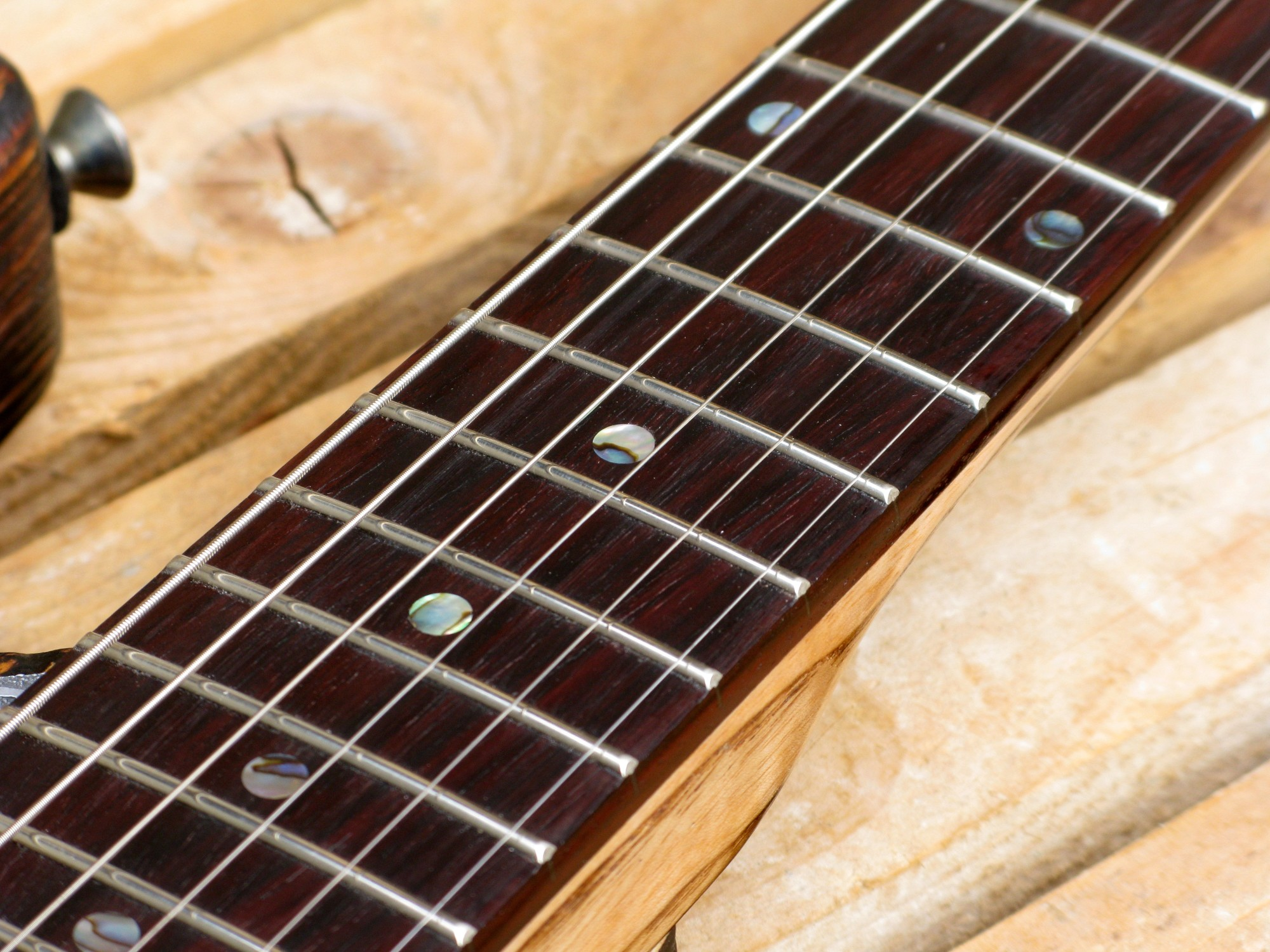 Chitarra modello Stratocaster, body in pino, manico in frassino, reverse: tasti