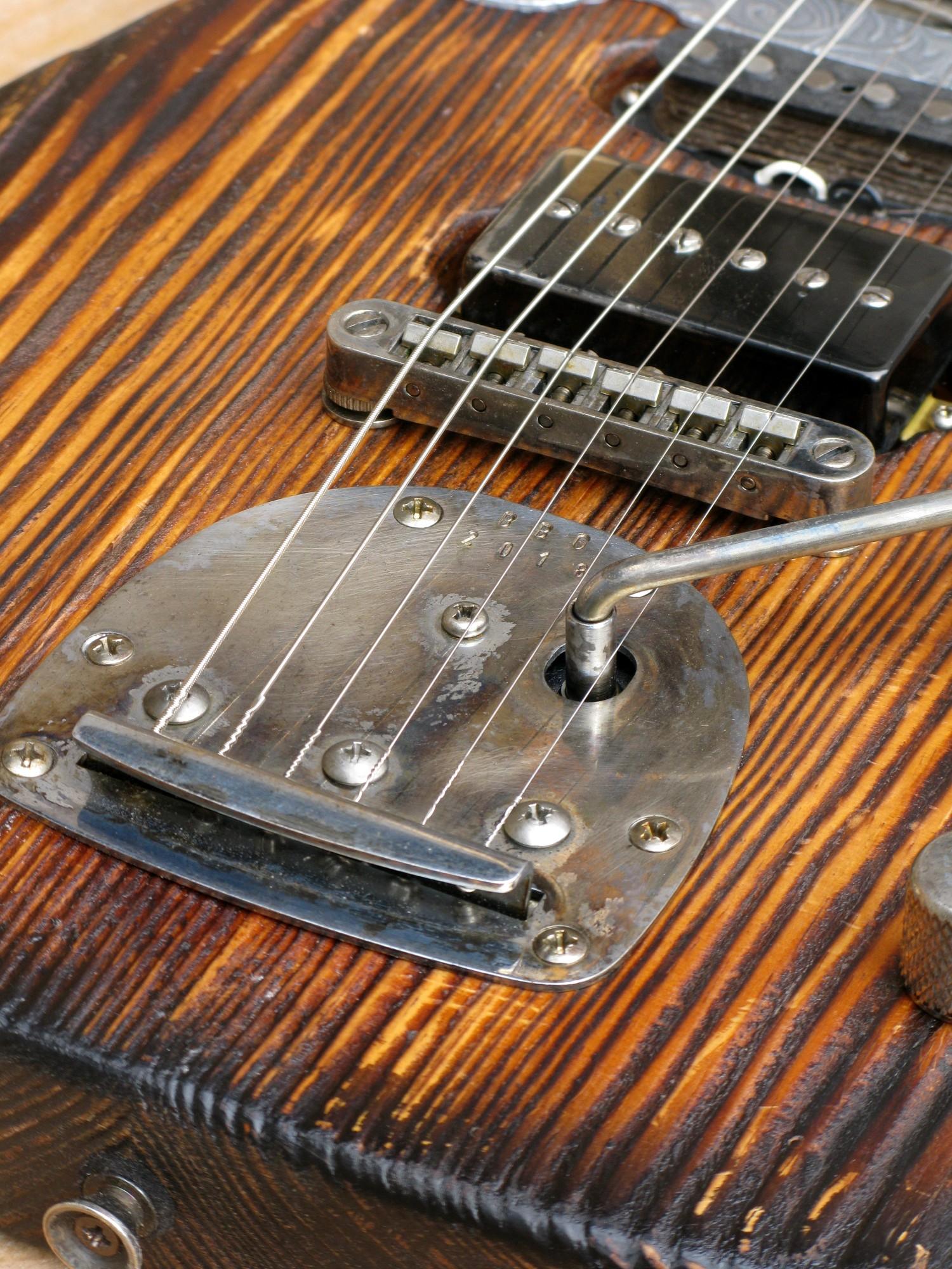 Chitarra modello Stratocaster, body in pino, manico in frassino, reverse: tremolo Jazzmster