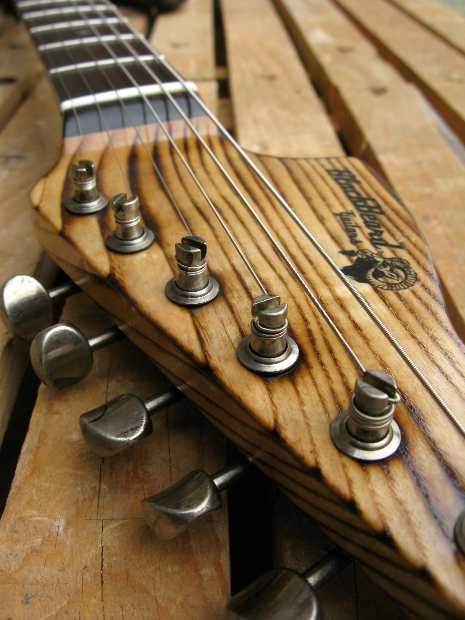 Chitarra modello Stratocaster, body in pino, manico in frassino, reverse: paletta e meccaniche