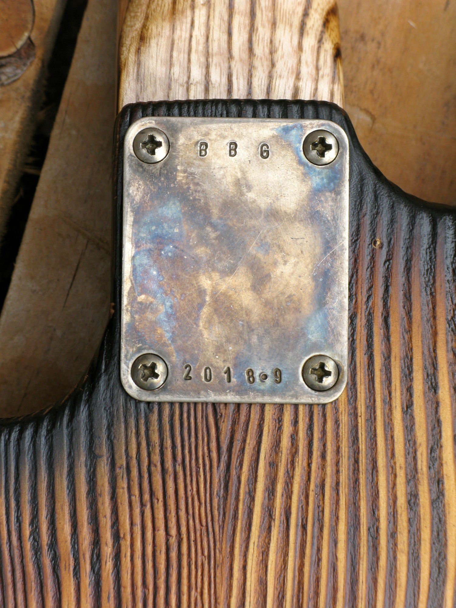 Chitarra modello Stratocaster, body in pino, manico in frassino, reverse: piastra