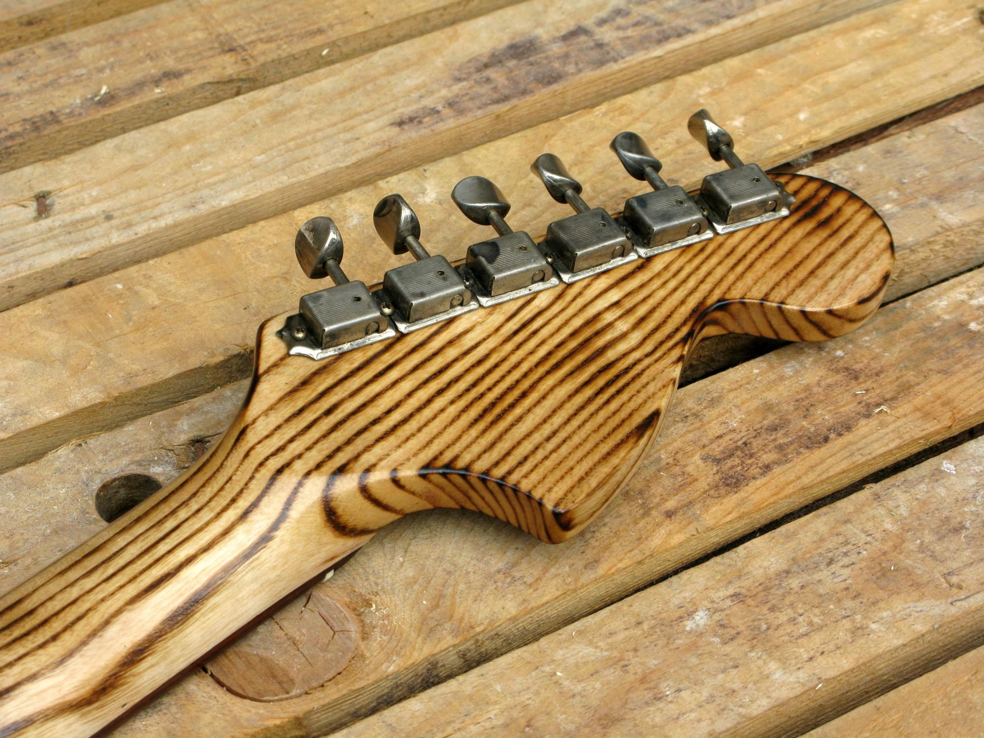 Chitarra modello Stratocaster, body in pino, manico in frassino, reverse: retro palettone