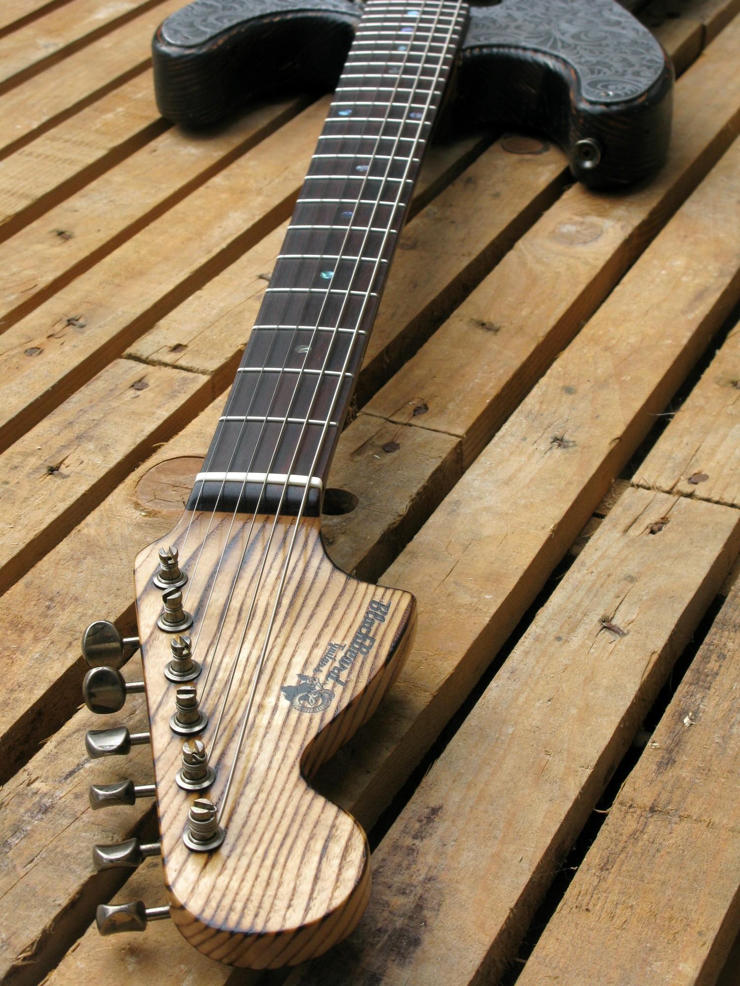 Chitarra modello Stratocaster, body in pino, manico in frassino, reverse: fretboard
