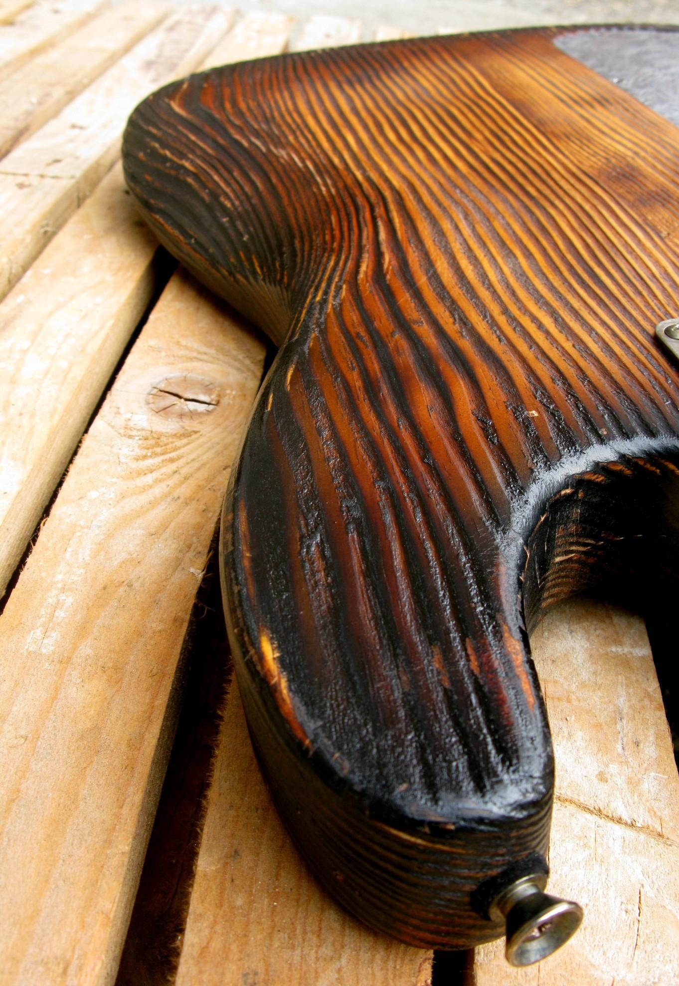 Chitarra modello Stratocaster, body in pino, manico in frassino, reverse: spalla