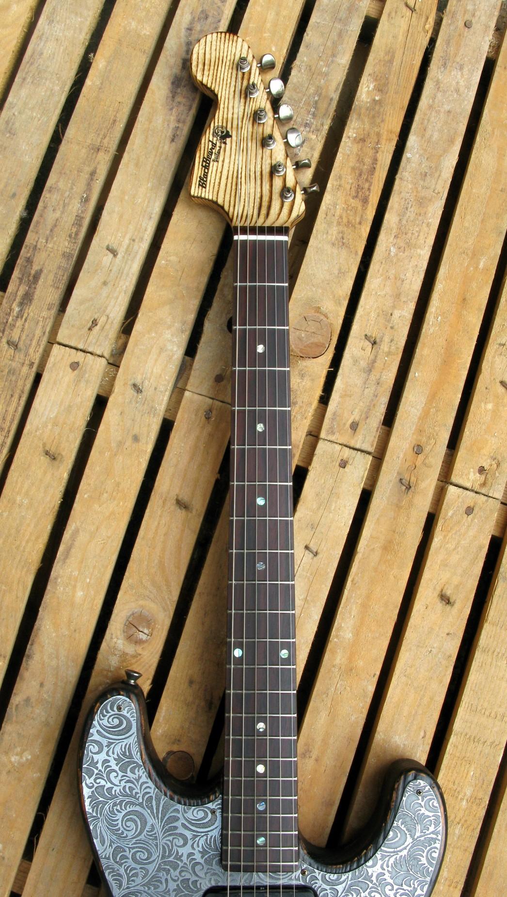 Chitarra modello Stratocaster, body in pino, manico in frassino, reverse: tastiera