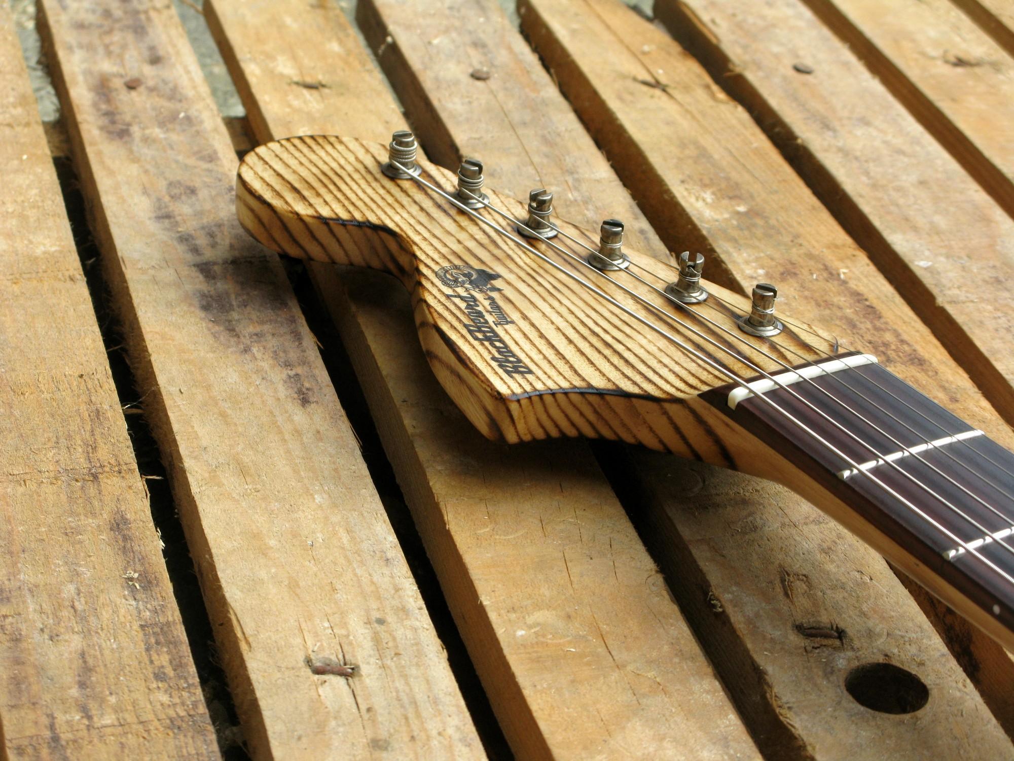 Chitarra modello Stratocaster, body in pino, manico in frassino, reverse: paleta
