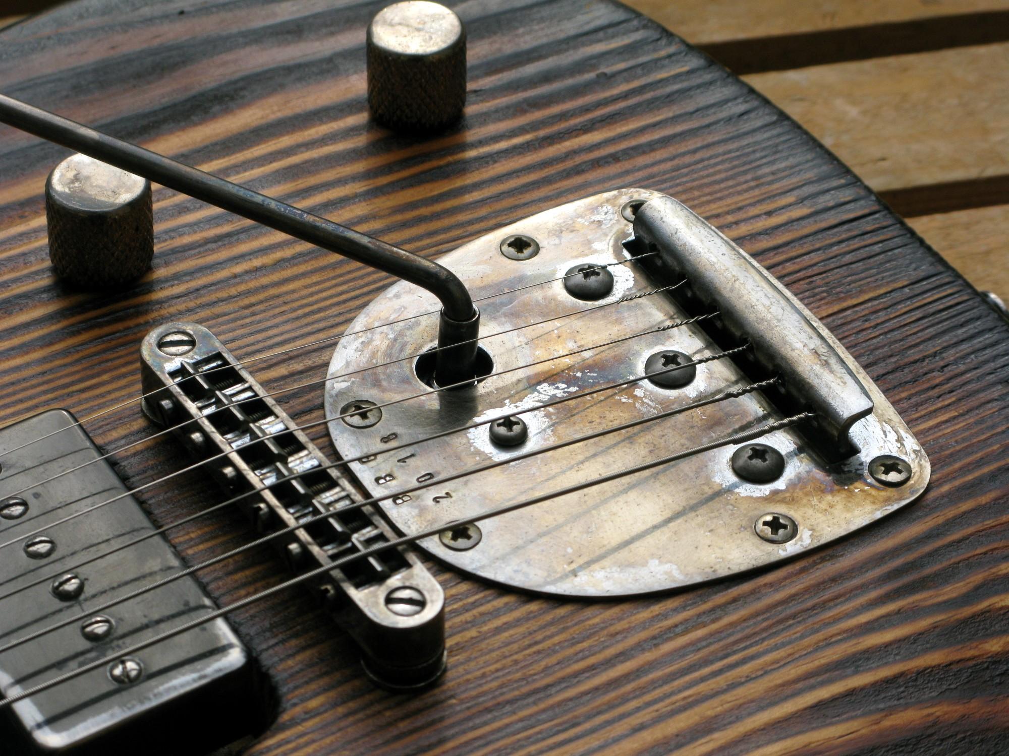 Chitarra modello Stratocaster, body in pino, manico in frassino, reverse: ponte