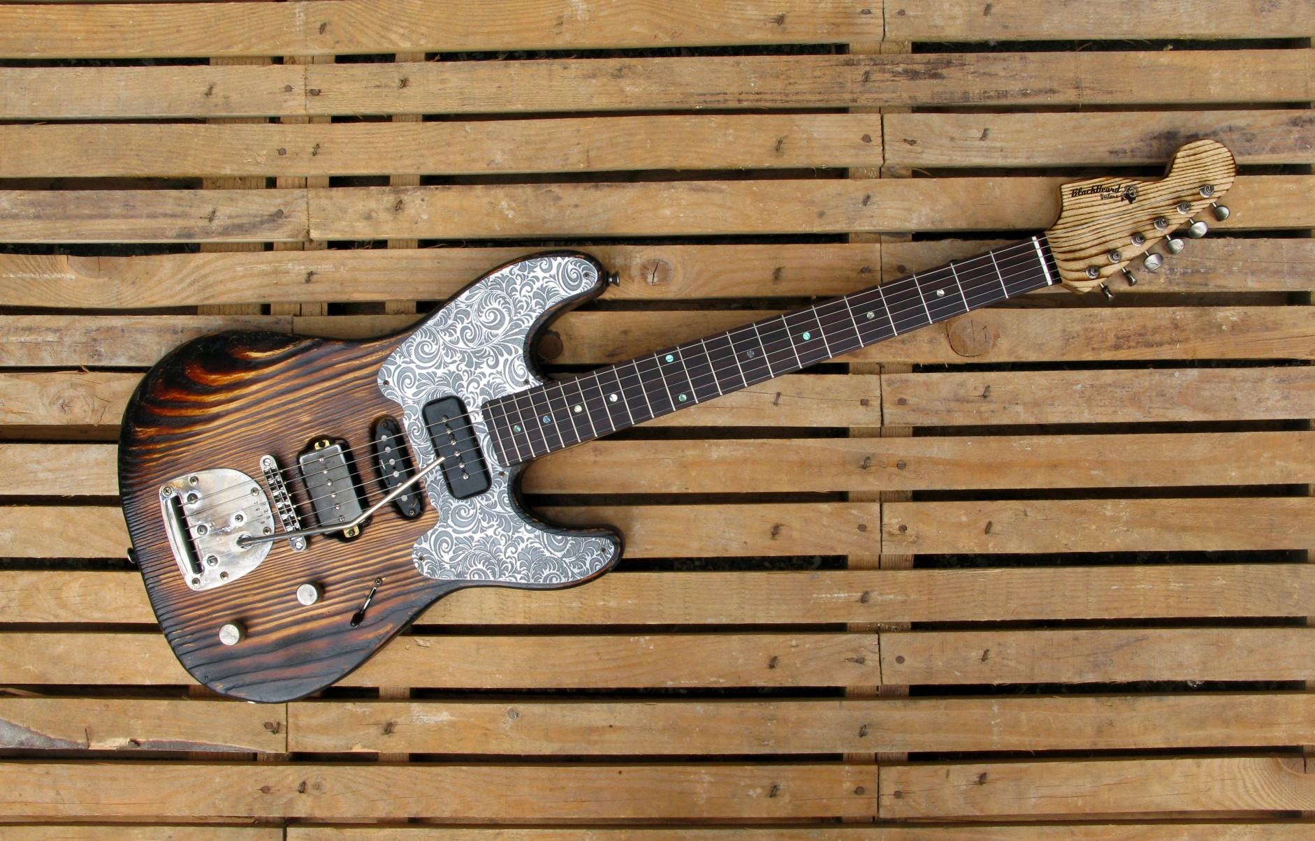 Chitarra modello Stratocaster, body in pino, manico in frassino, paletta reverse