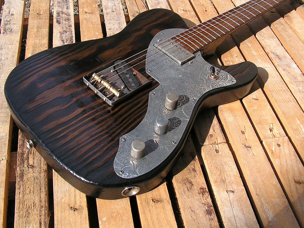 foto di chitarra modello Telecaster in pino con humbucker al manico