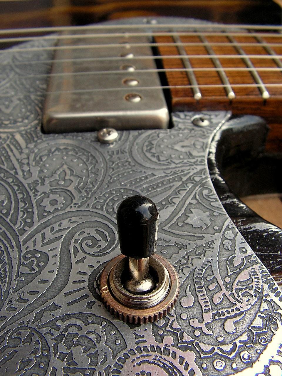 Dettaglio di chitarra modello Telecaster in pino con humbucker al manico