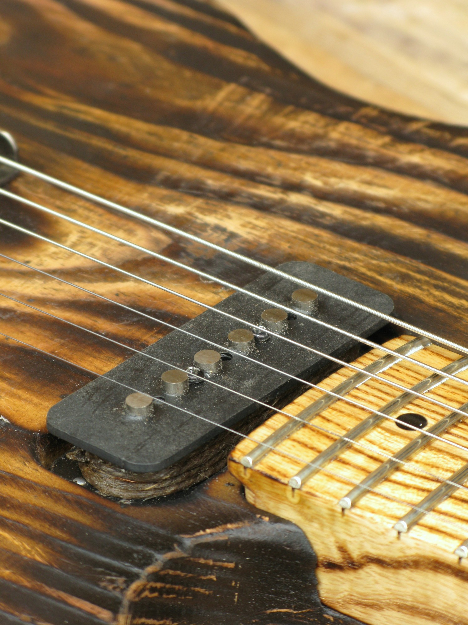 Pickup al manico di una Telecaster in pitch pine