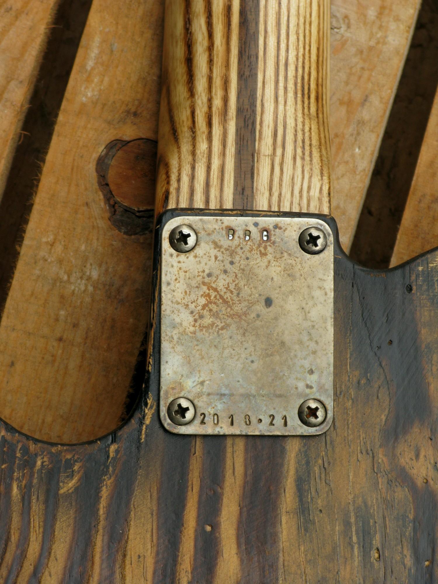 Dettaglio del retro di una Telecaster in pitch pine e manico in frassino