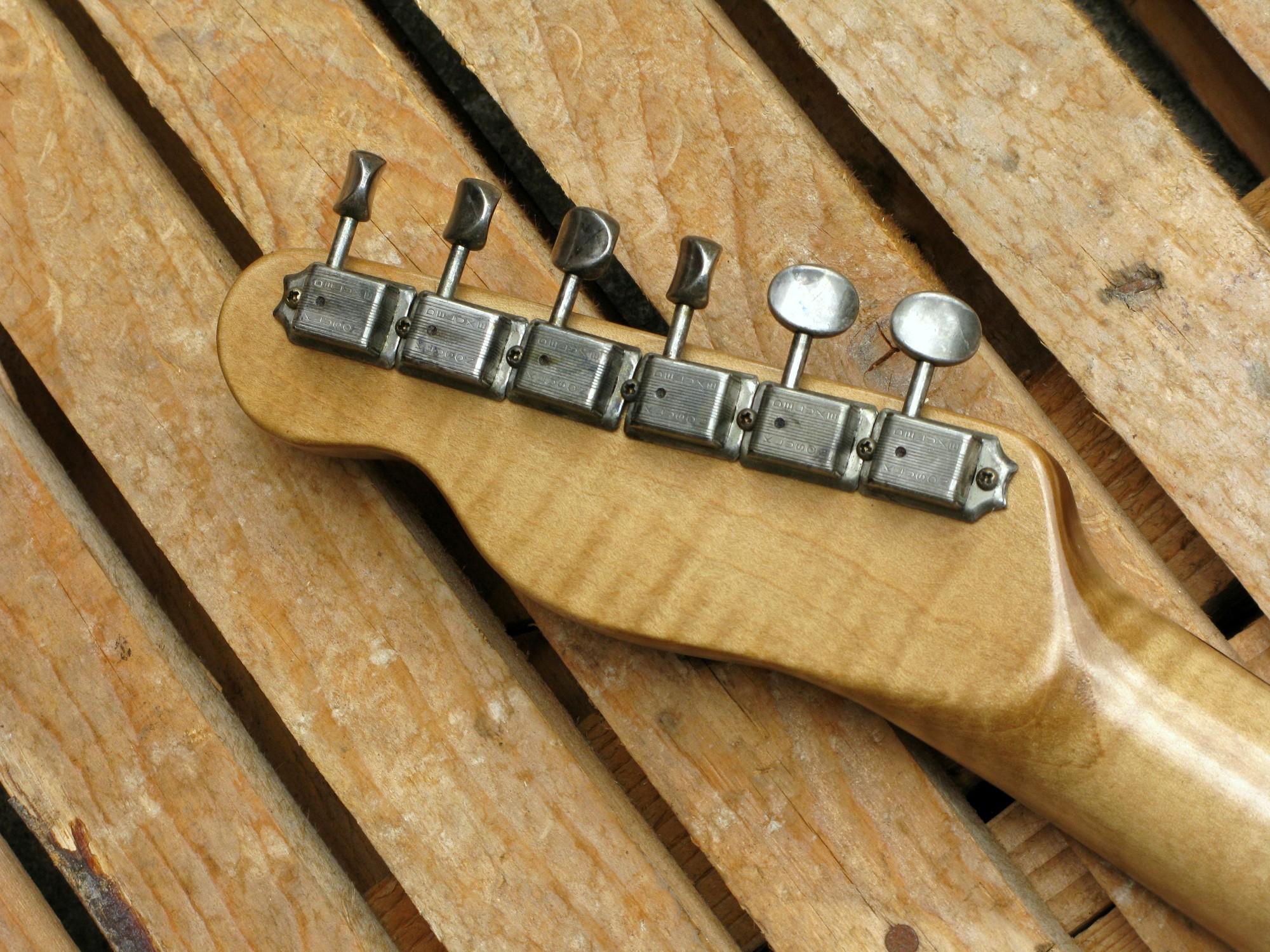 Paletta e meccaniche di una telecaster in castagno con manico in acero