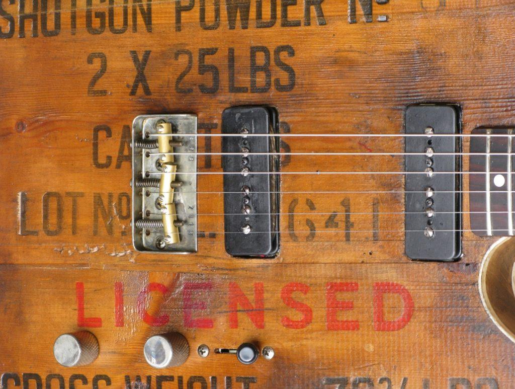Dettaglio di top di una Telecaster ricavato da una cassetta di polvere da sparo