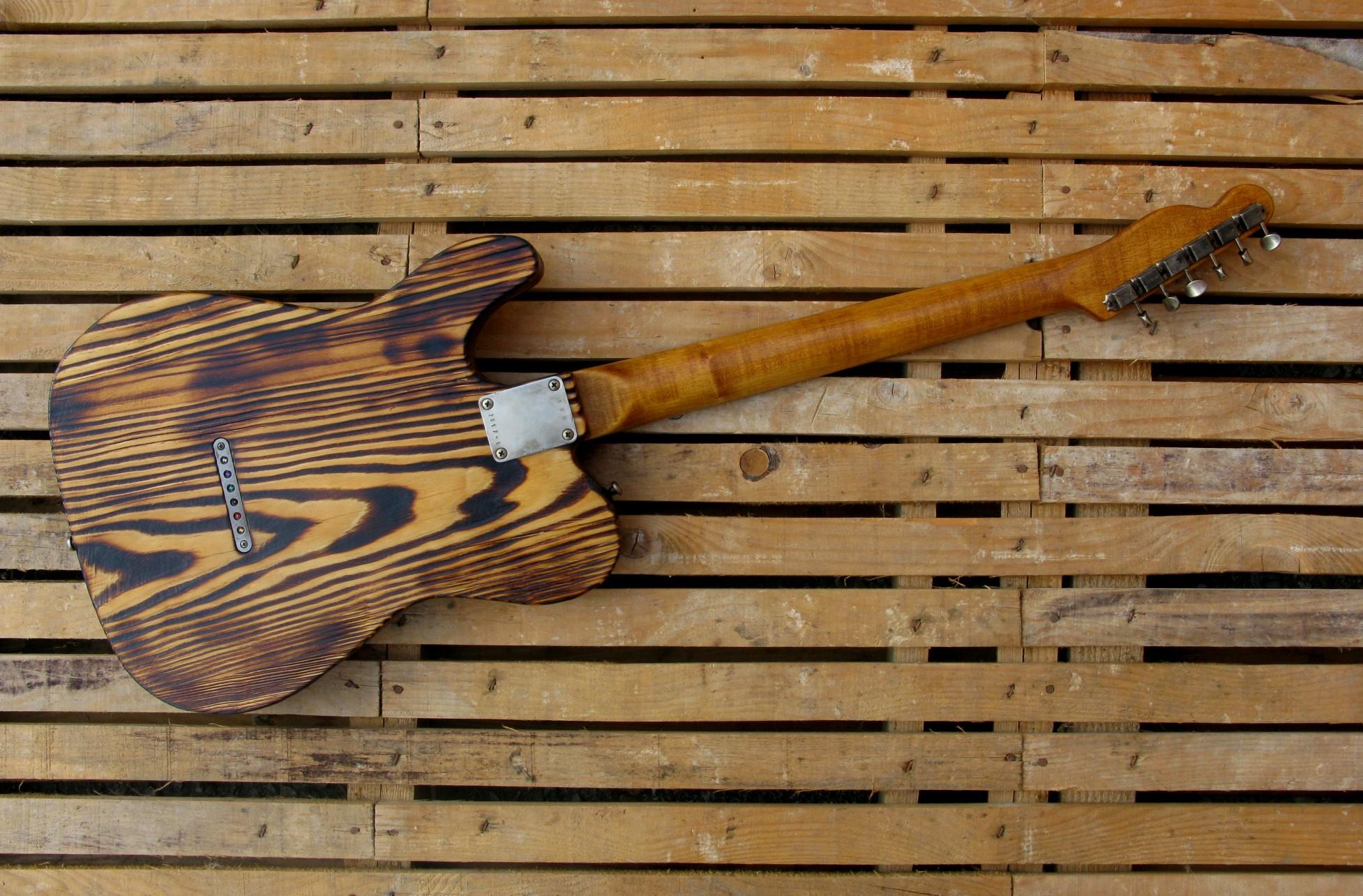Retro di una telecaster in pino con top ricevuto da cassa di whisky