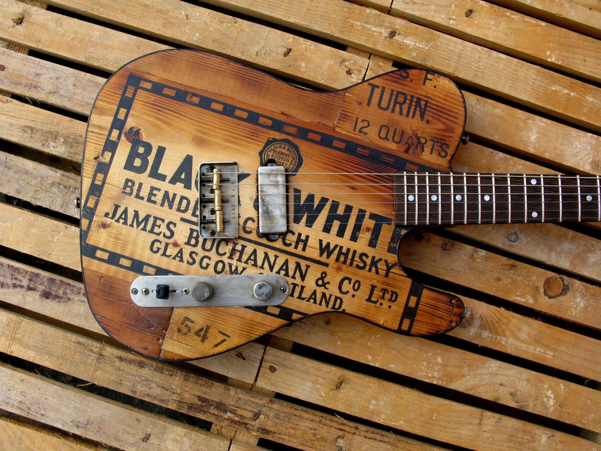 Body di una telecaster in pino con top riciclato da cassa di whisky