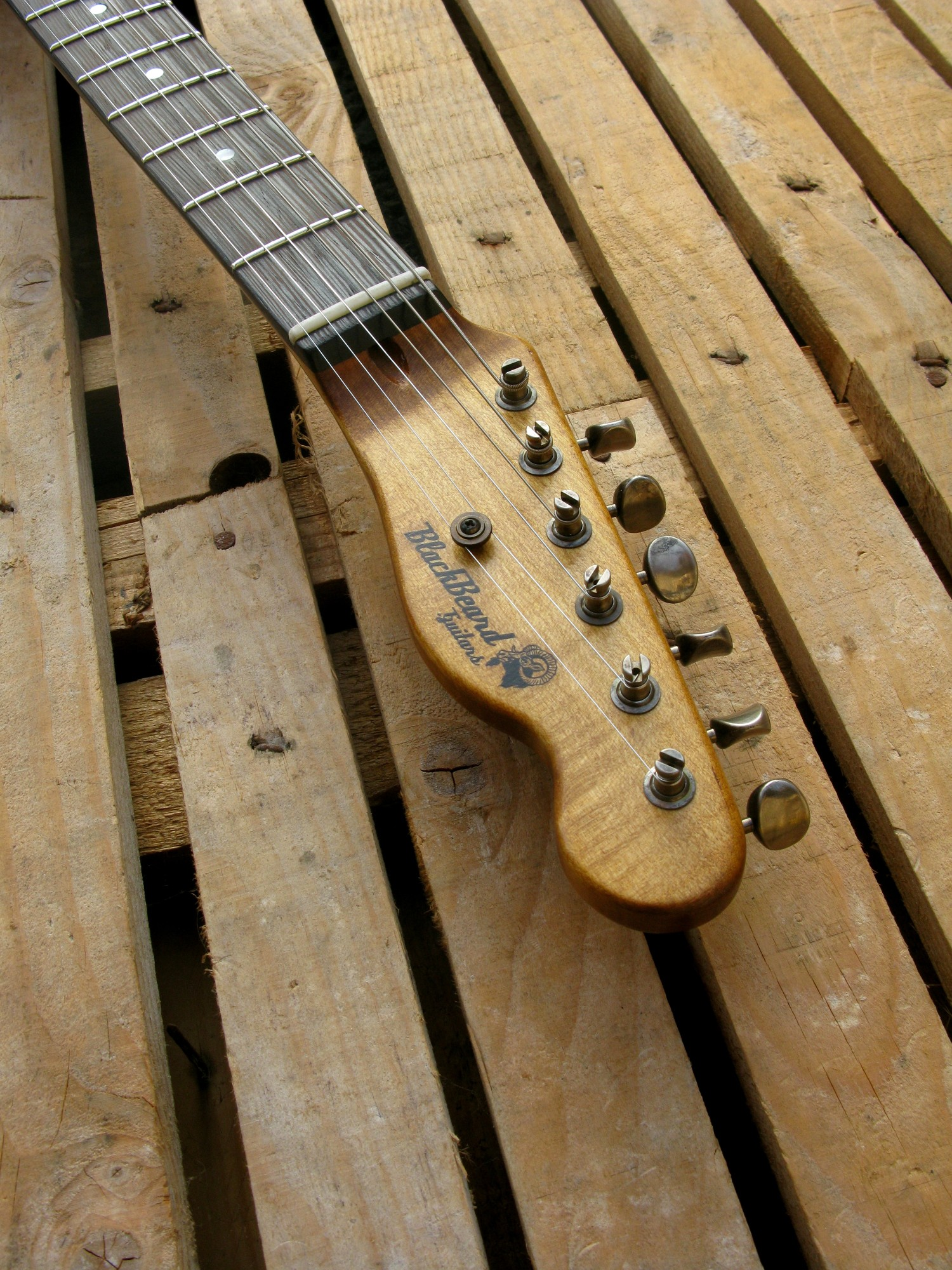 Paletta di una telecaster in pino con top ricevuto da cassa di whisky
