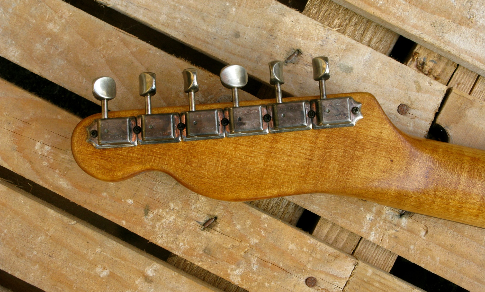 Retro paletta di una telecaster in pino con top riciclato da cassa di whisky