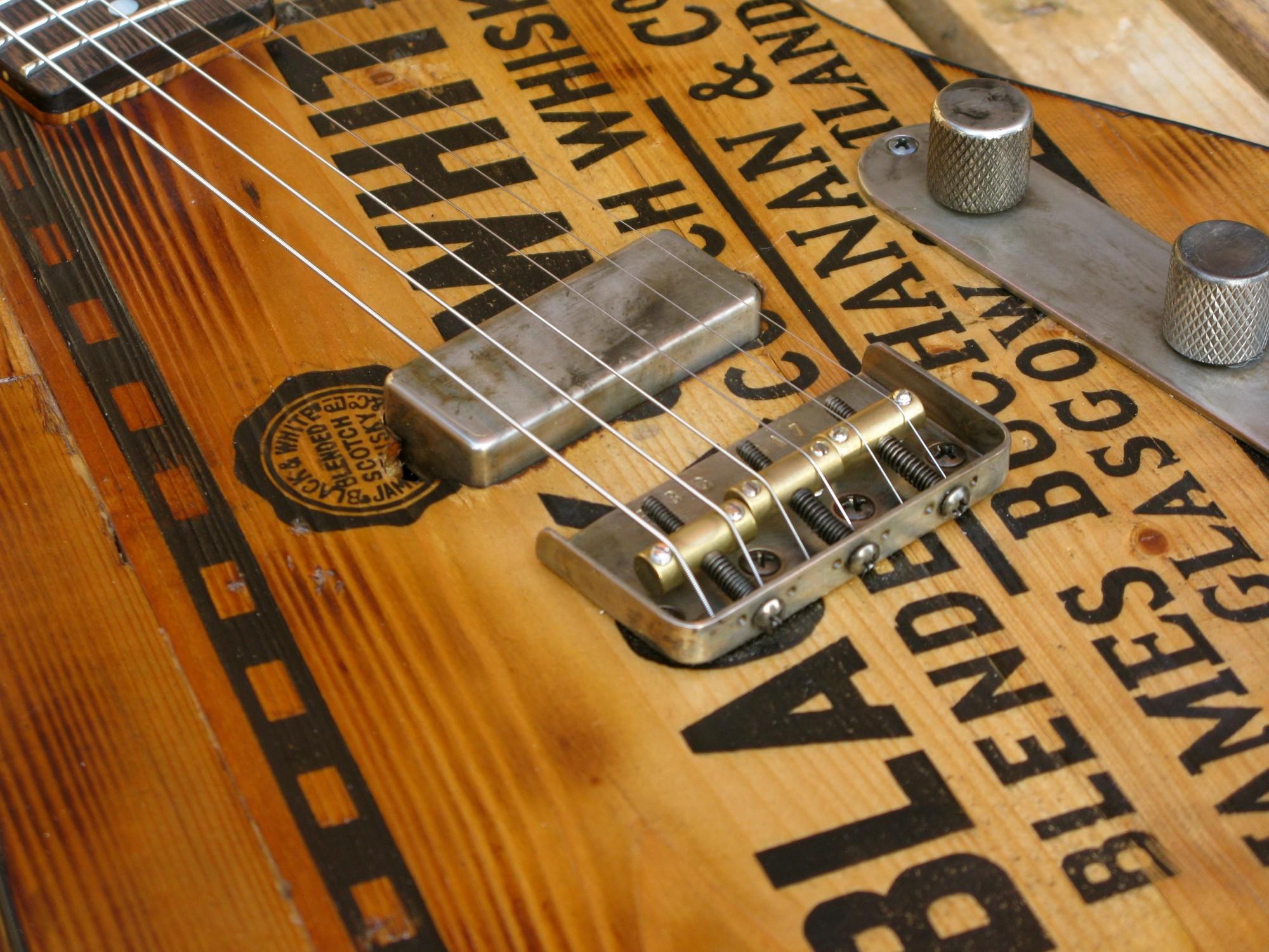Pickup al ponte di una telecaster in pino con top ricevuto da cassa di whisky