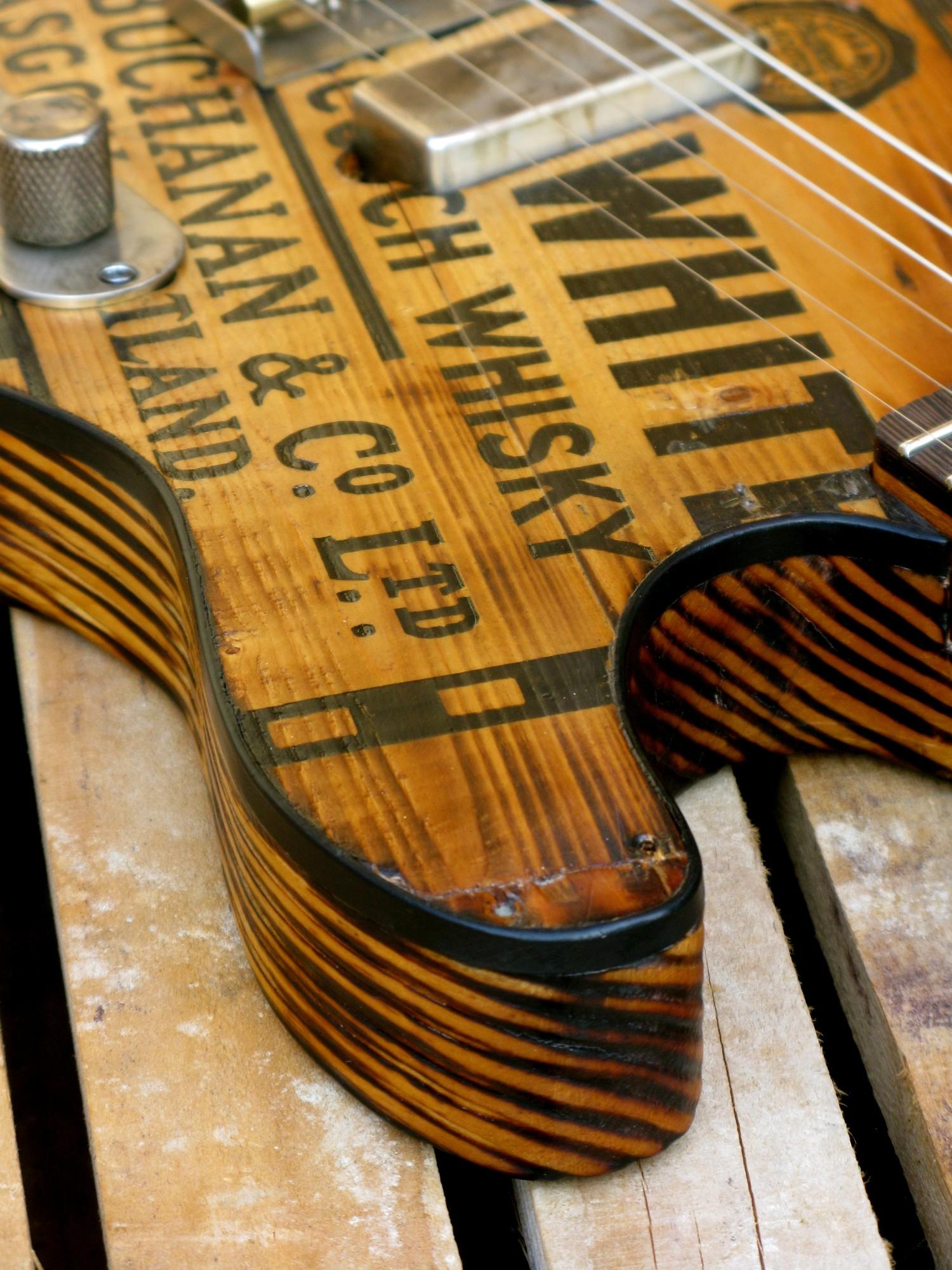 Dettaglio del body di una telecaster in pino con top riciclato da cassa di whisky