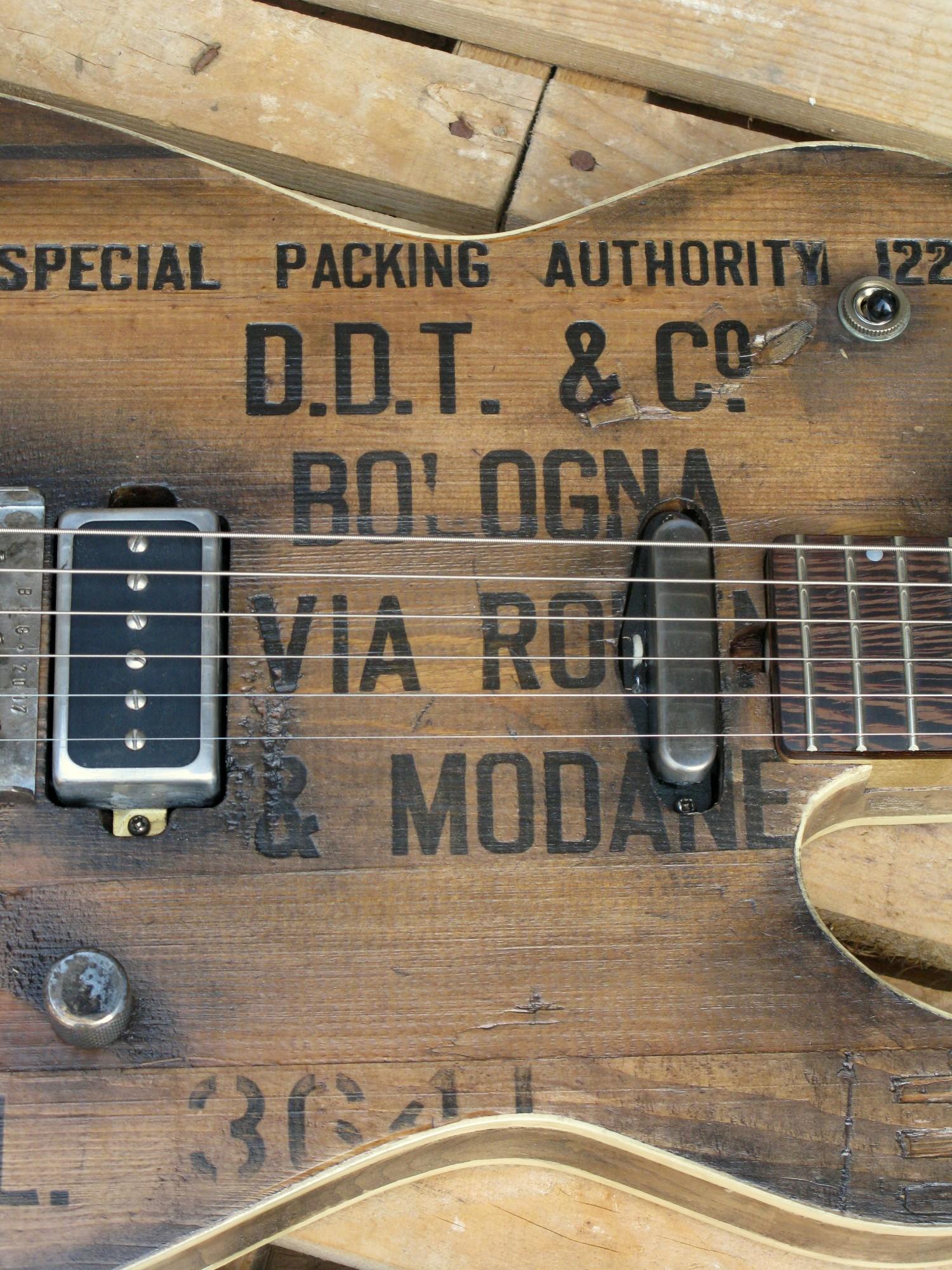 Pickups di una chitarra elettrica baritono modello Telecaster con top ricavato da una vecchia cassetta di polvere da sparo