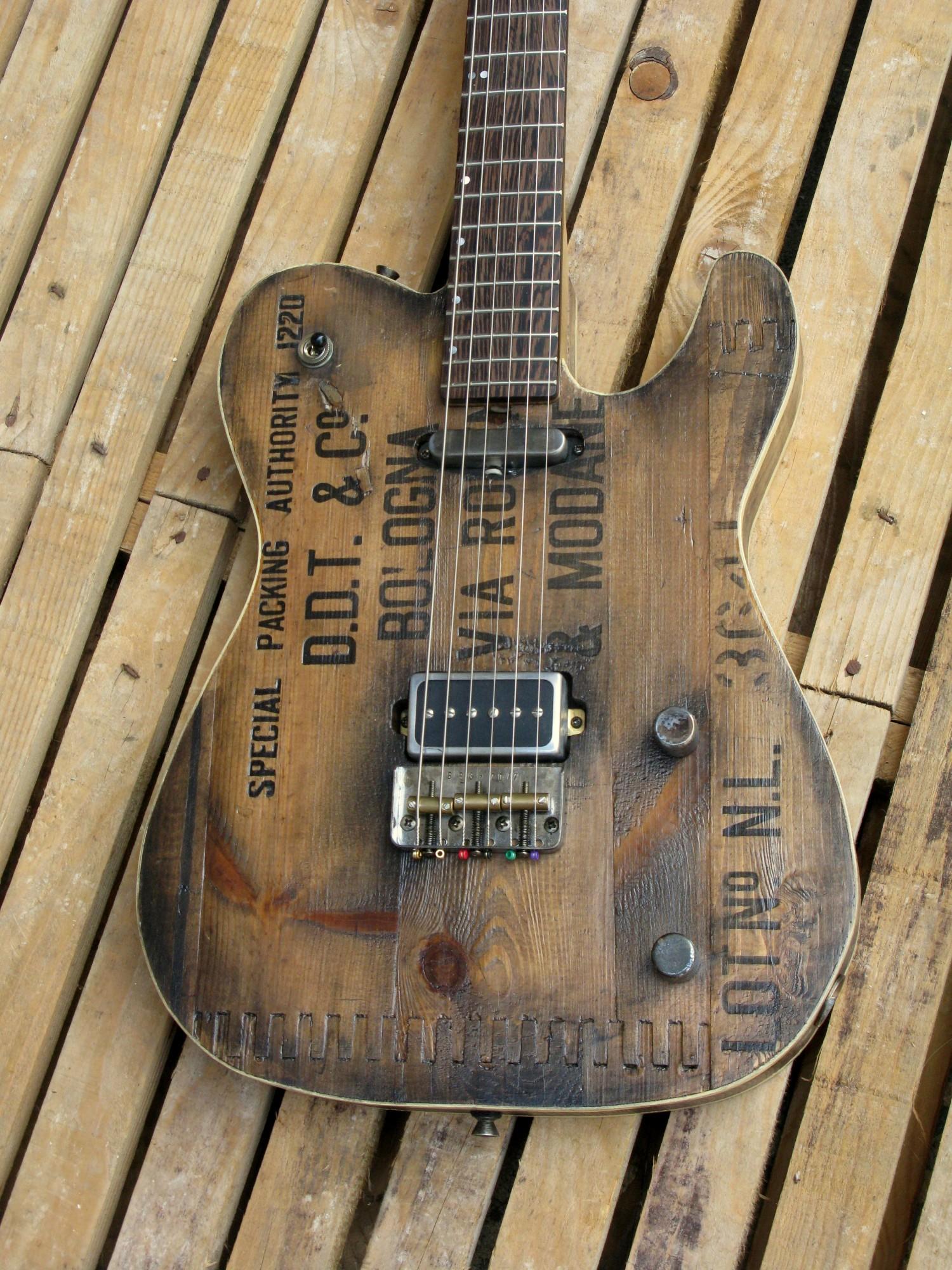 Body in castagno di una chitarra elettrica baritono modello Telecaster con top ricavato da una vecchia cassetta di polvere da sparo