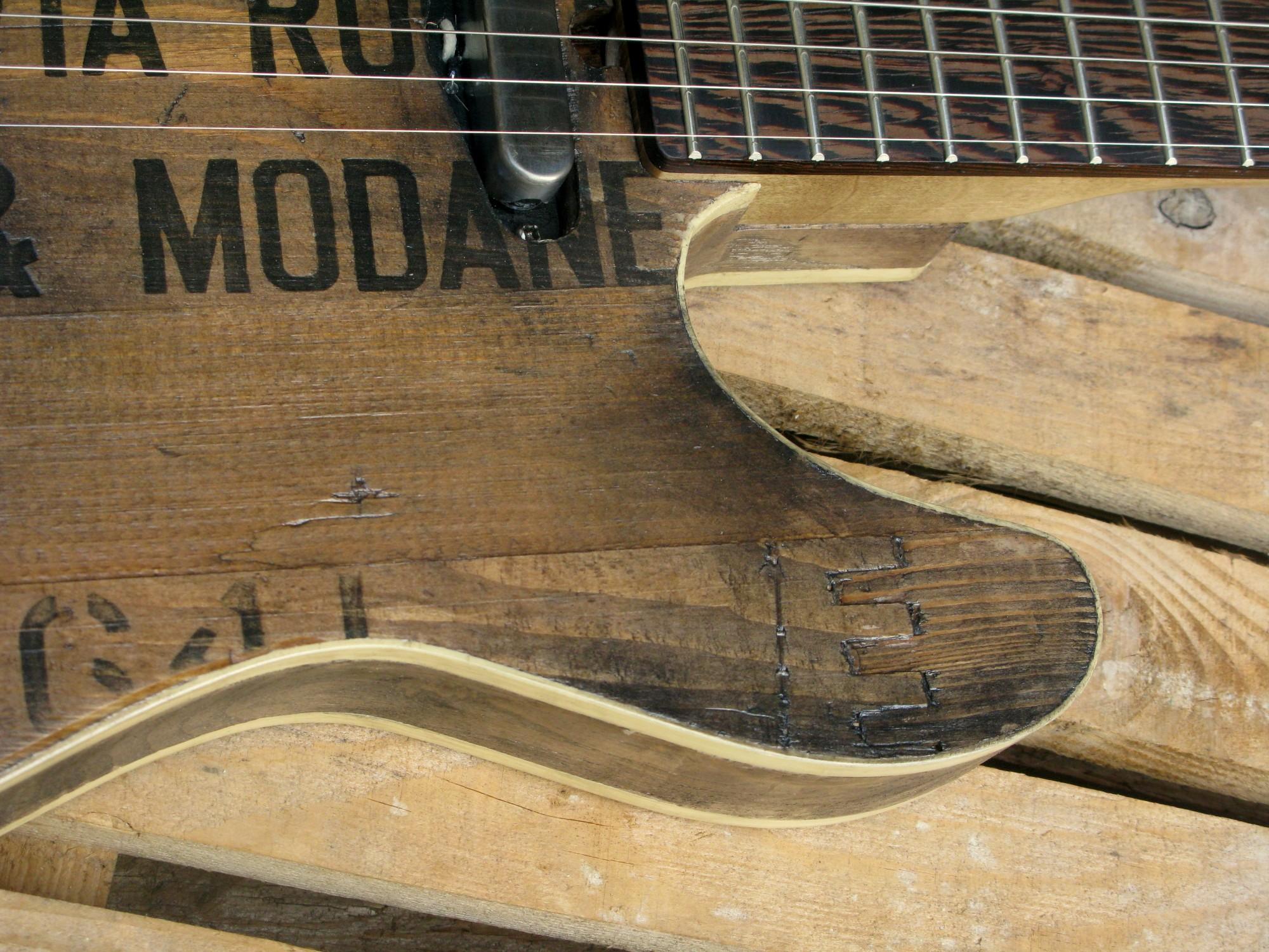 Spalle del body in castagno di una chitarra elettrica baritono modello Telecaster con top ricavato da una vecchia cassetta di polvere da sparo