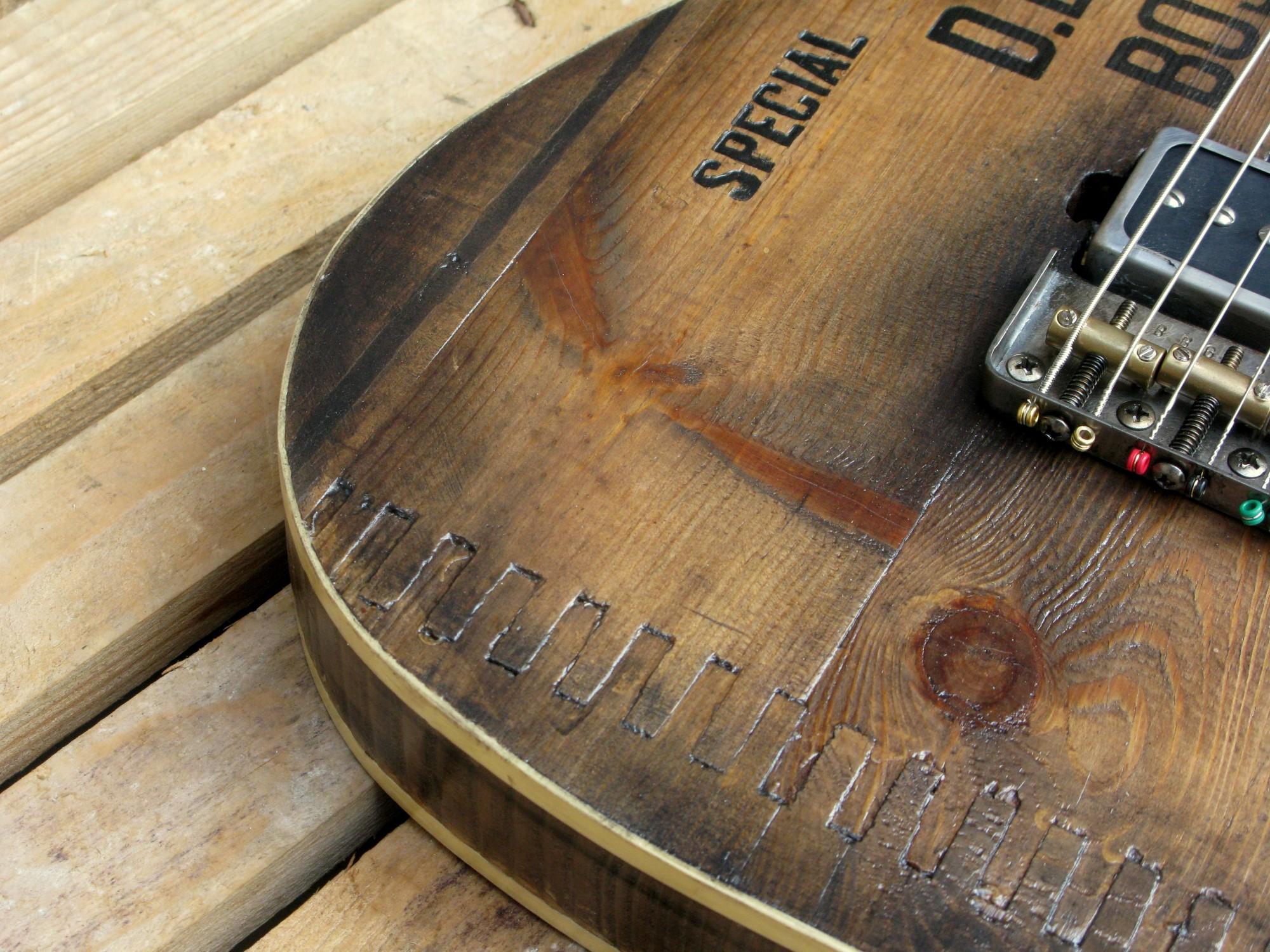 Dettaglio del binding di una chitarra elettrica baritono modello Telecaster con top ricavato da una vecchia cassetta di polvere da sparo