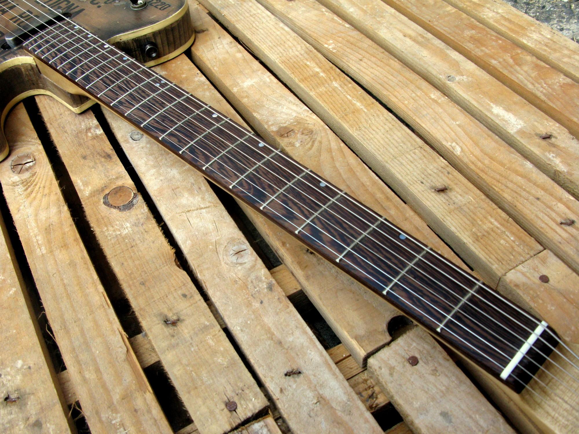 Tastiera in wenge di una chitarra elettrica baritono modello Telecaster con top ricavato da una vecchia cassetta di polvere da sparo