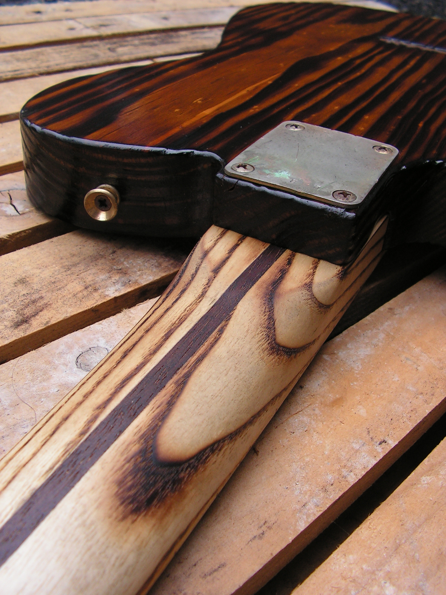 Retro del manico in frassino di una chitarra elettrica telecaster in pino