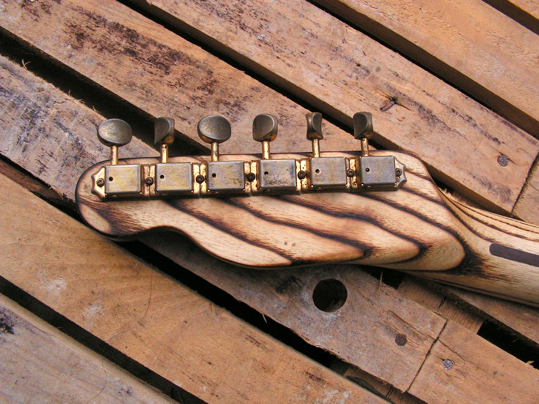 Retro della paletta in frassino di una chitarra elettrica telecaster in pino