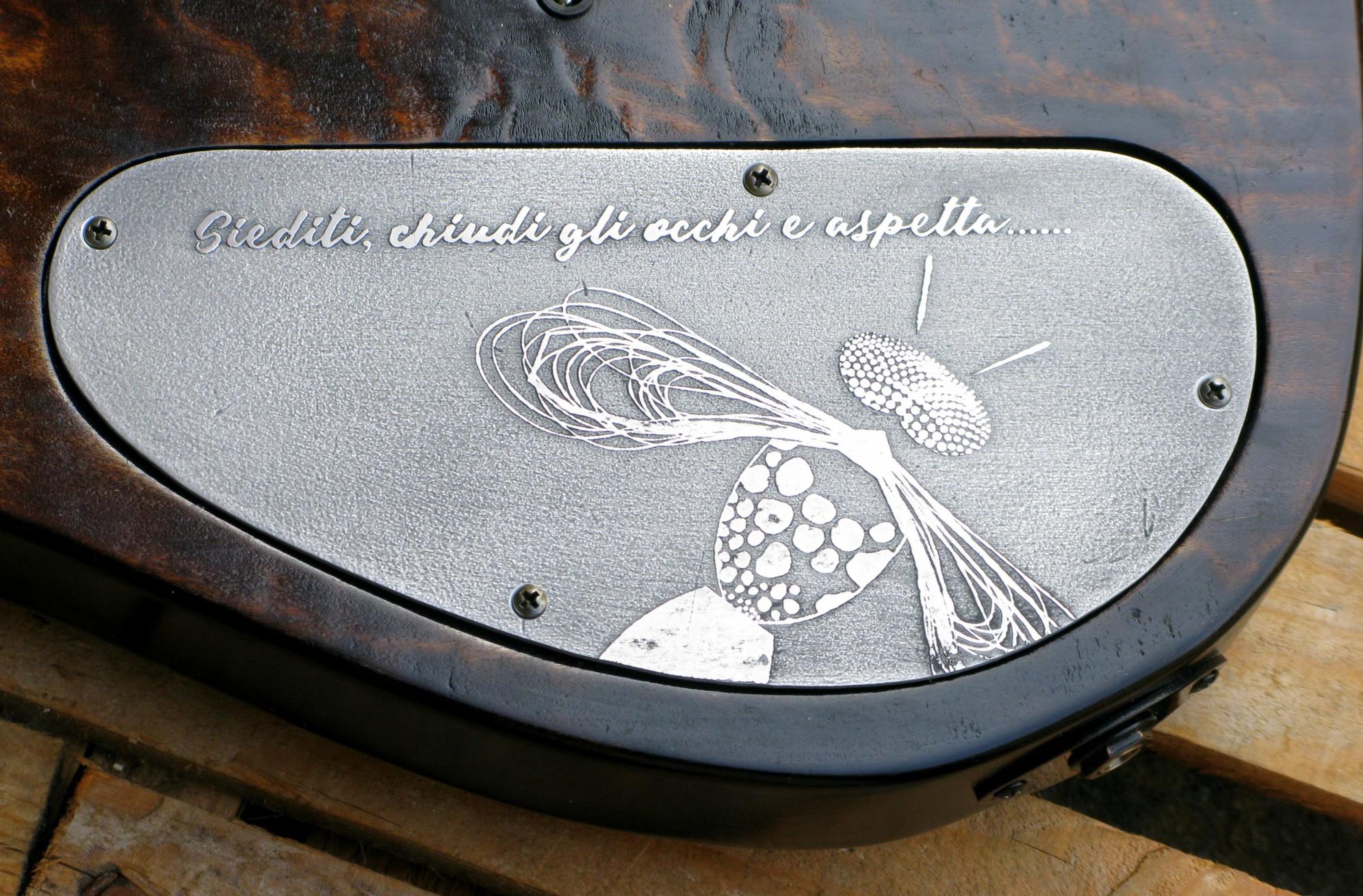Coperchio inciso sul retro del body di una chitarra Telecaster in radica di pioppo