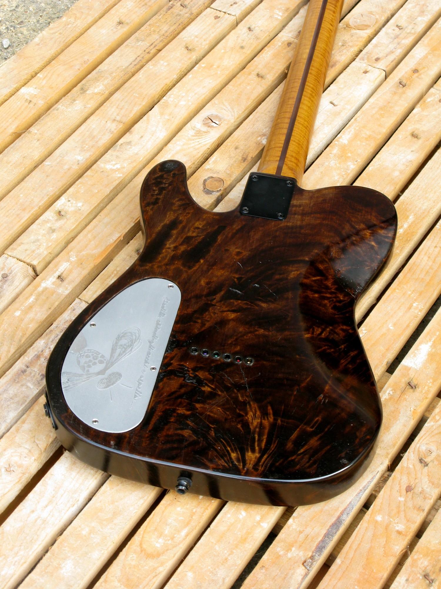 Retro del body di una chitarra Telecaster in radica di pioppo