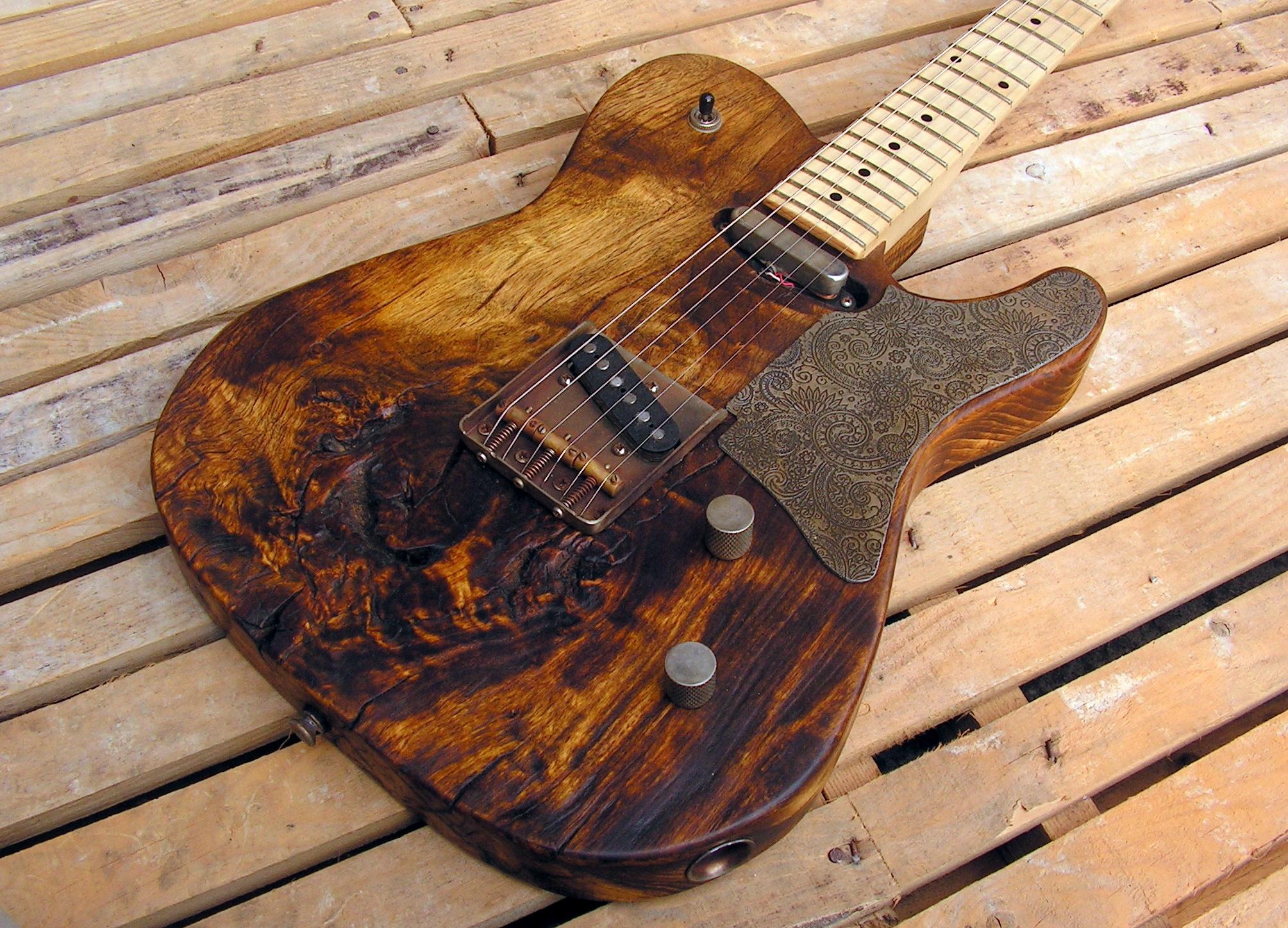 Body in pioppo secolare di una chitarra elettrica Telecaster con manico in acero