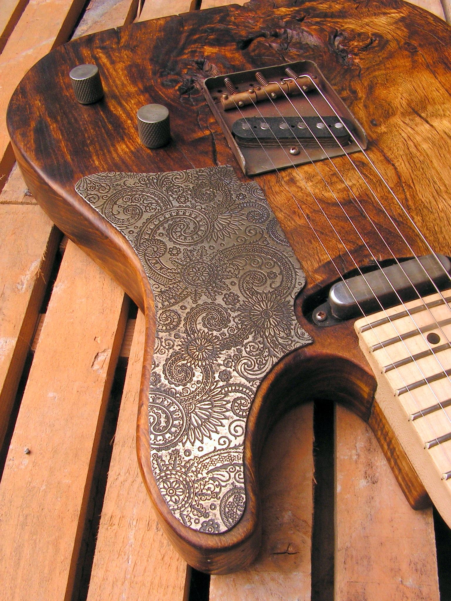 Battipenna inciso di una chitarra elettrica Telecaster in pioppo secolare