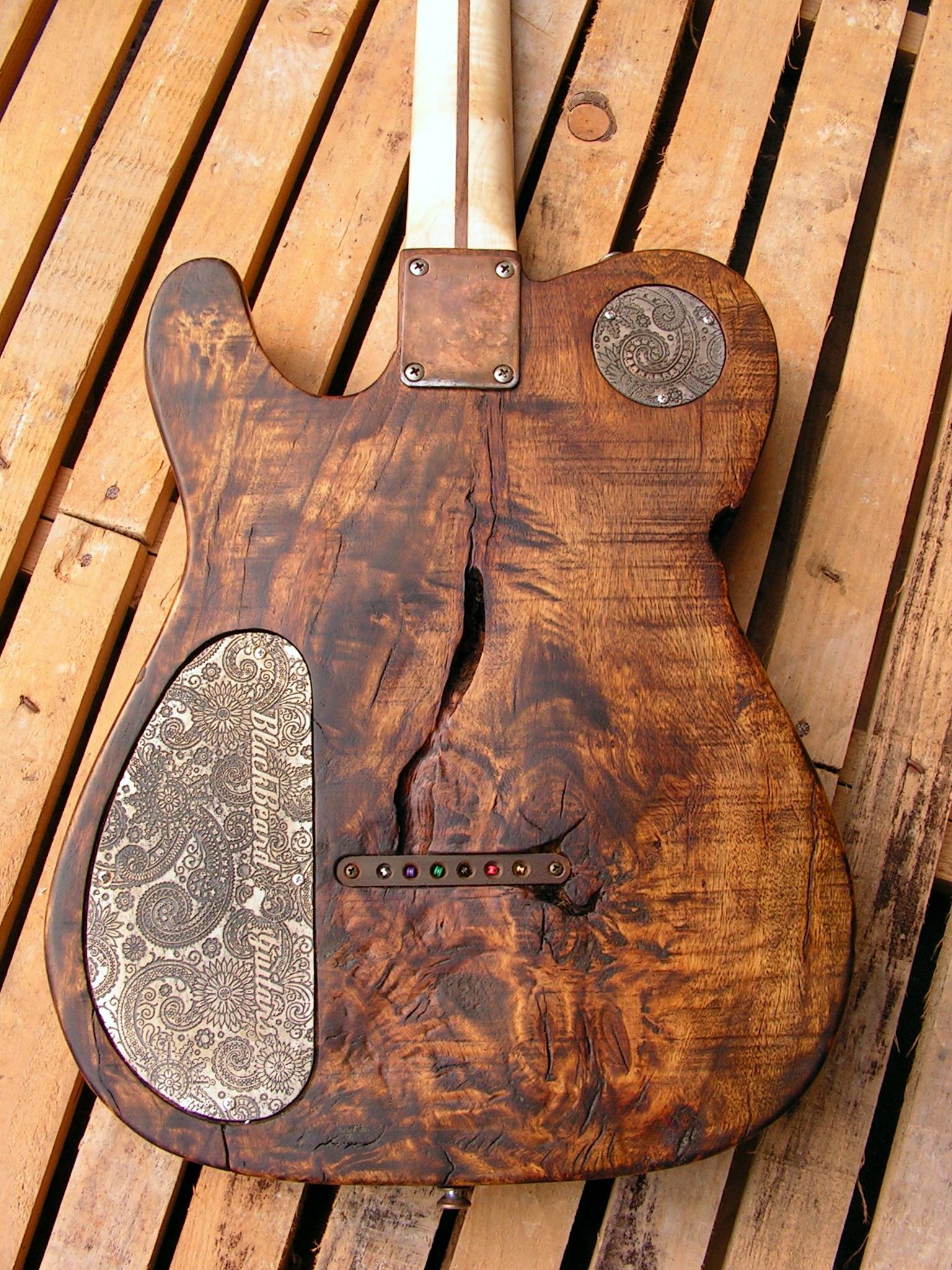 Retro del body in pioppo secolare di una chitarra elettrica Telecaster con manico in acero