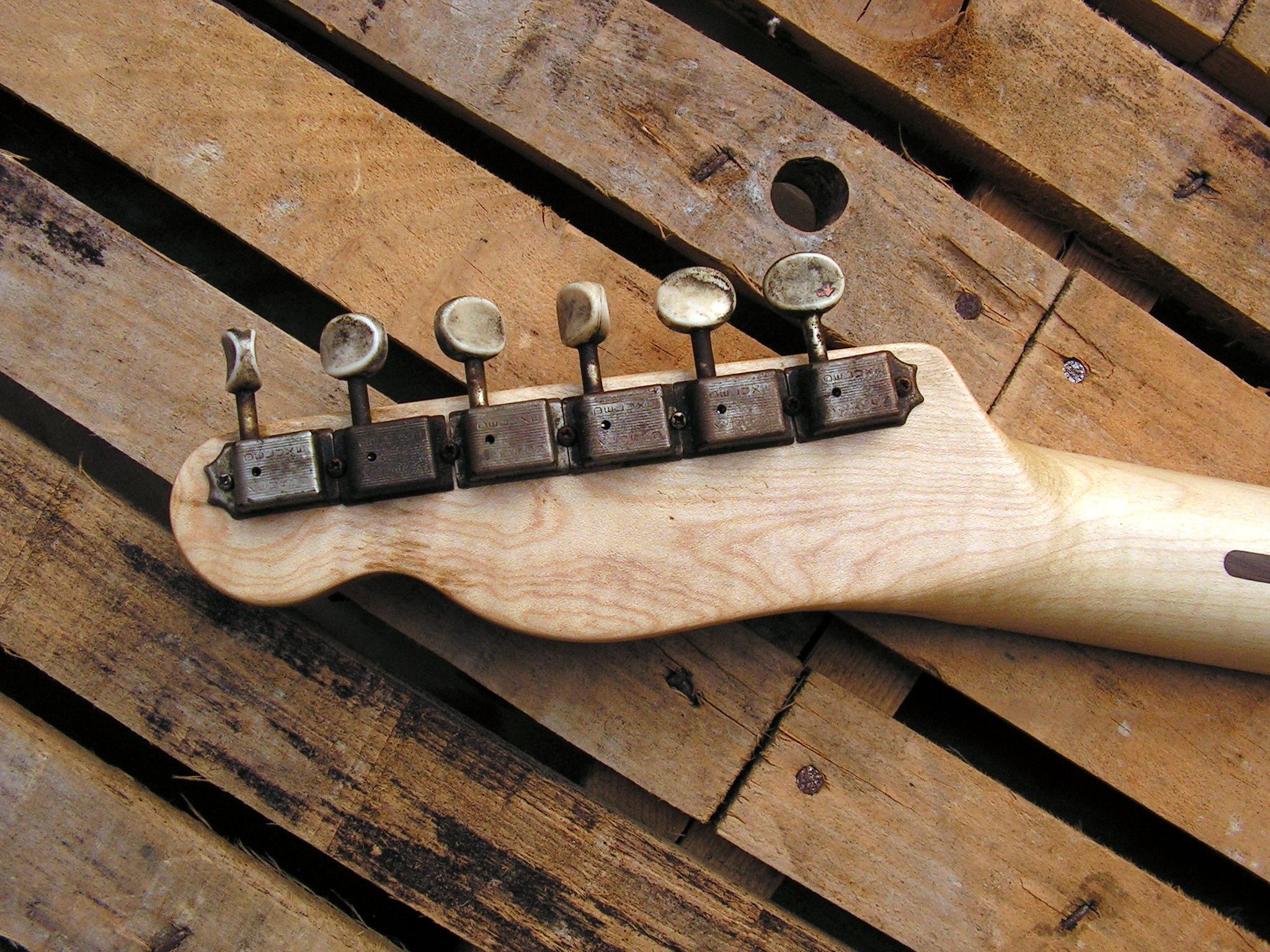 Retro della paletta in acero di una chitarra elettrica Telecaster in pioppo secolare