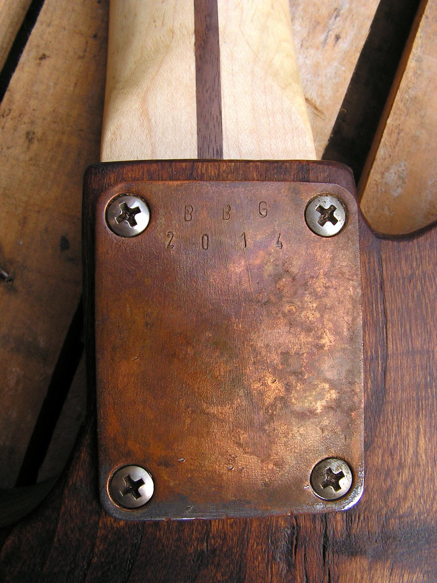 Piastra del manico in acero relic di una chitarra elettrica in pioppo