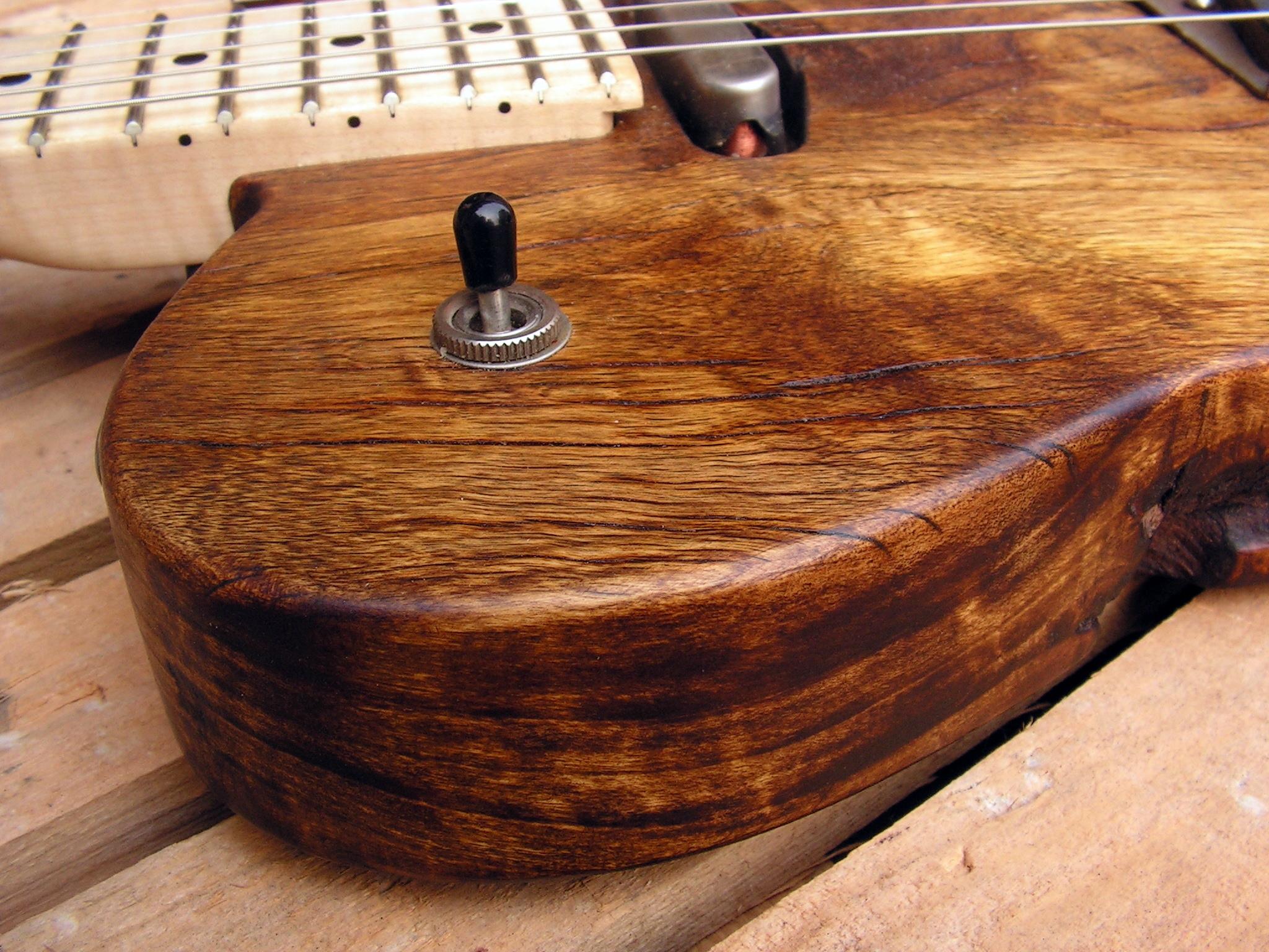 Spalla di una chitarra elettrica Telecaster in pioppo secolare con manico in acero