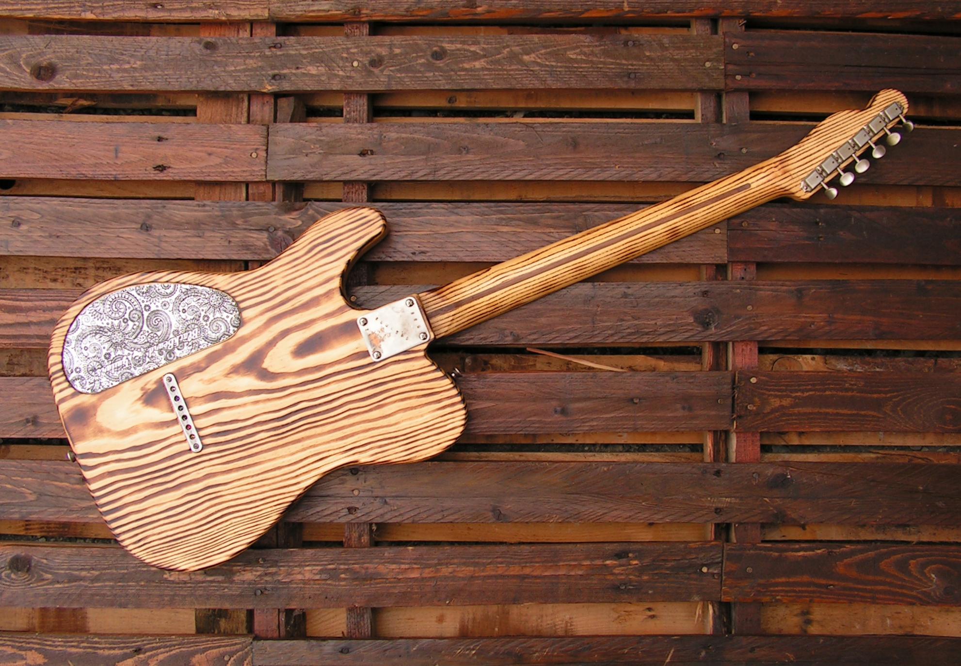 Retro di una chitarra Telecaster in pino roasted